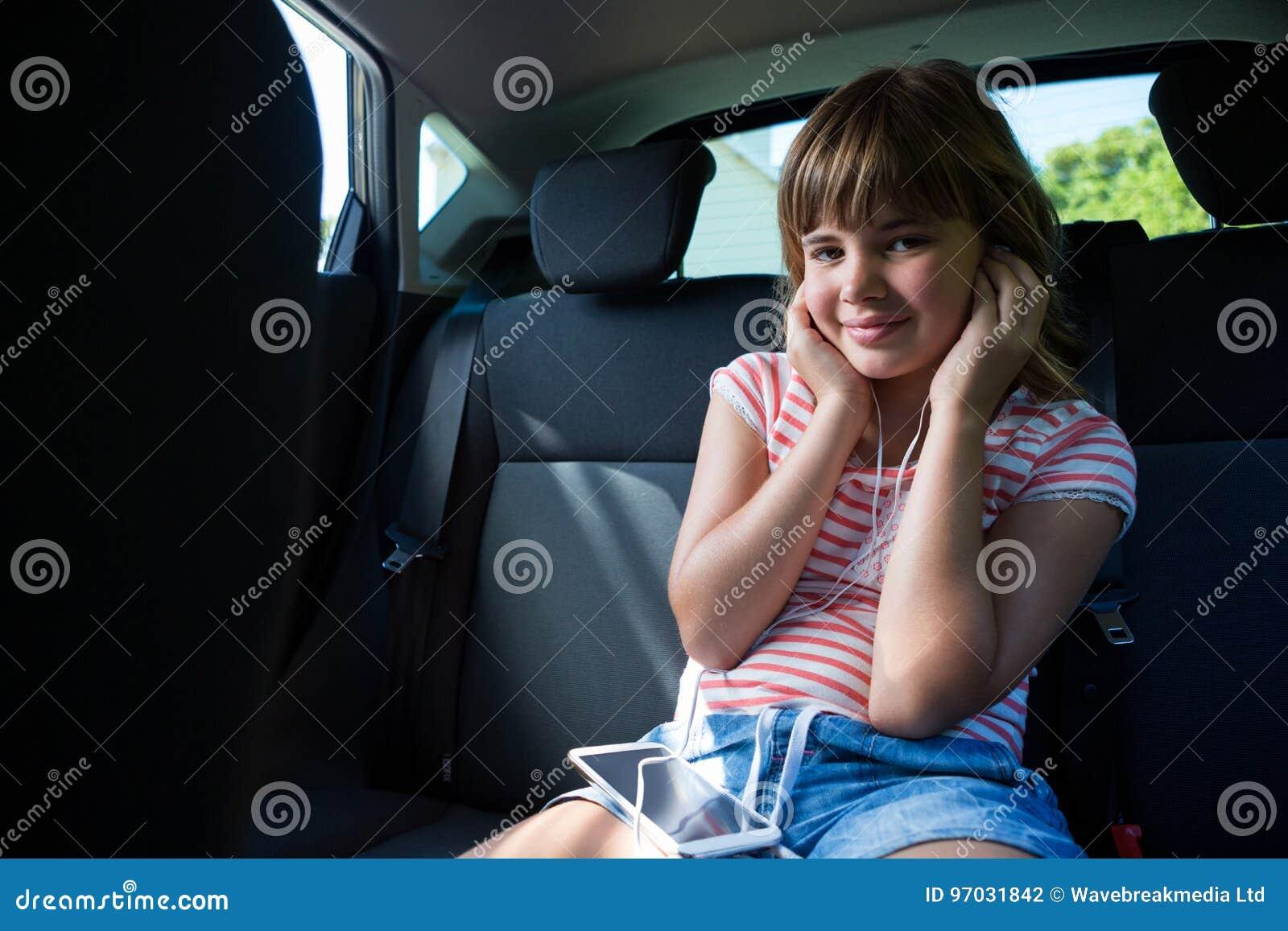 Фото девушки на заднем сидении авто