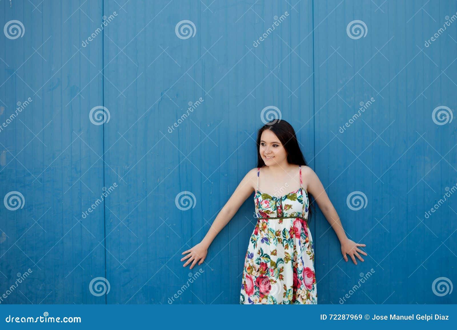 Download Девочка-подросток с голубой предпосылкой Стоковое Изображение - изображение насчитывающей отдых, потеха: 72287969