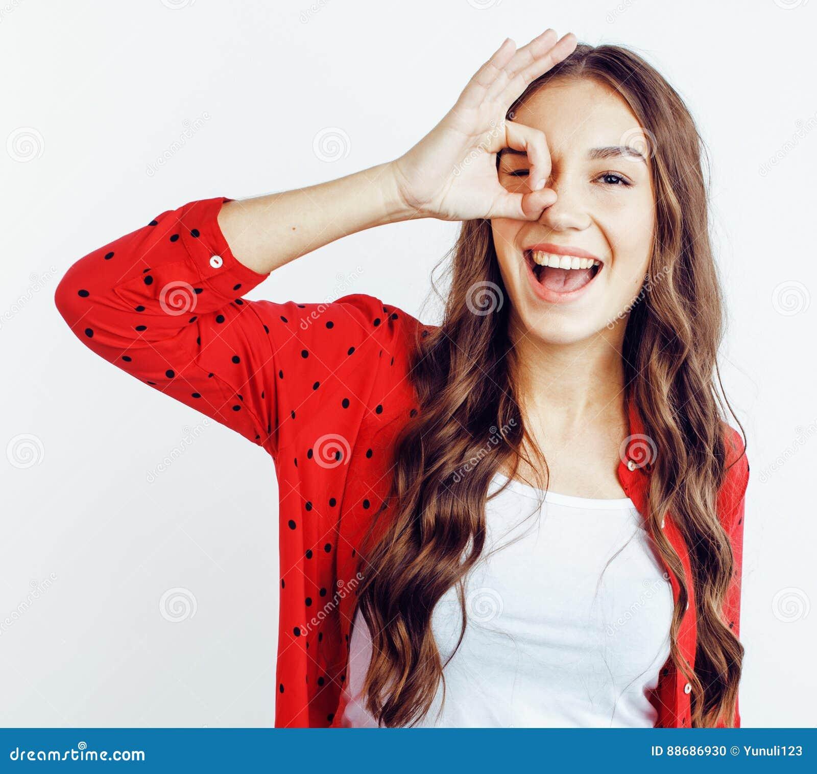 Девушка битника детенышей довольно подростковая представляя эмоциональный счастливый усмехаться на белой предпосылке, концепции л