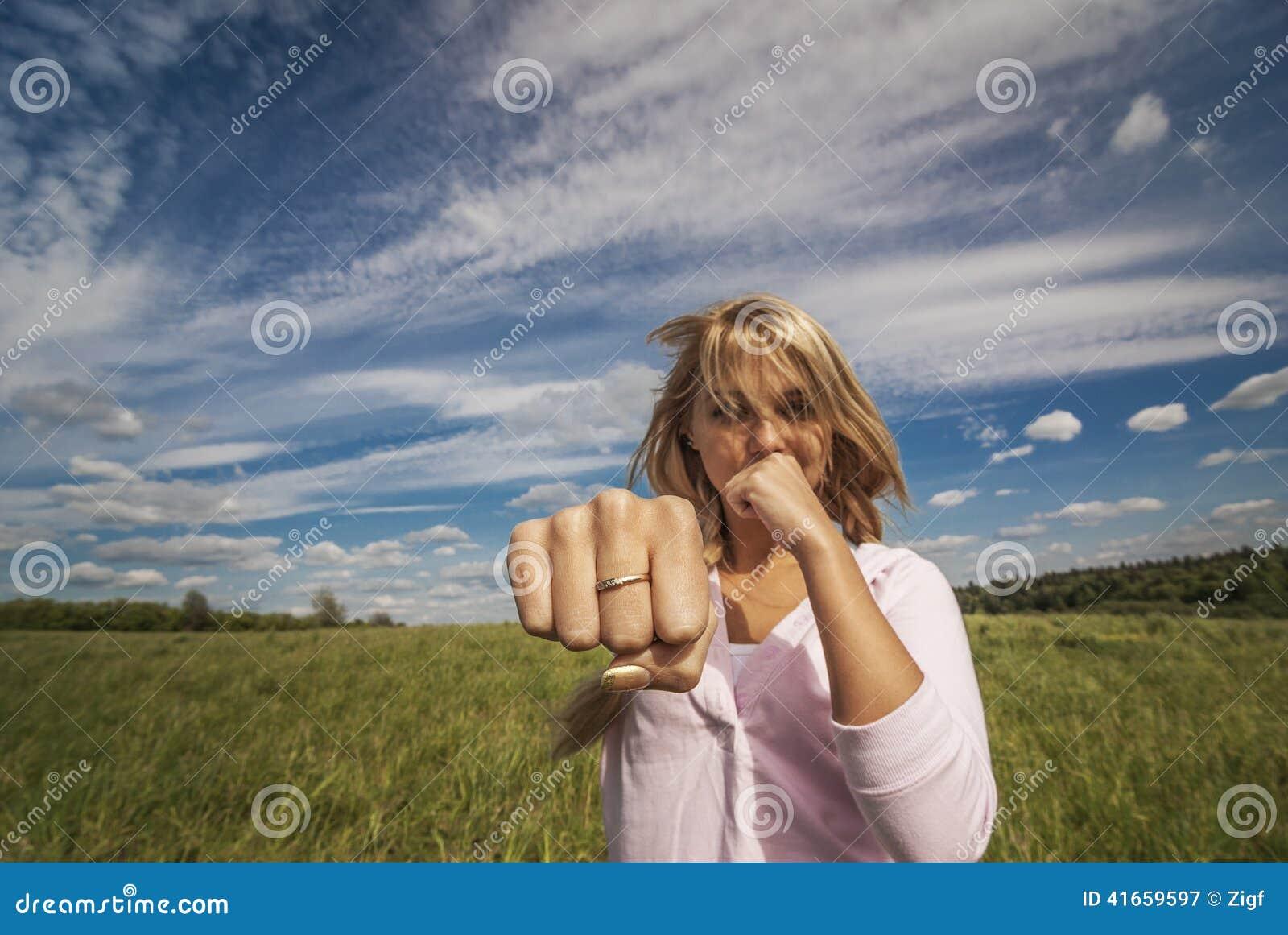 Девушка бьет кулак
