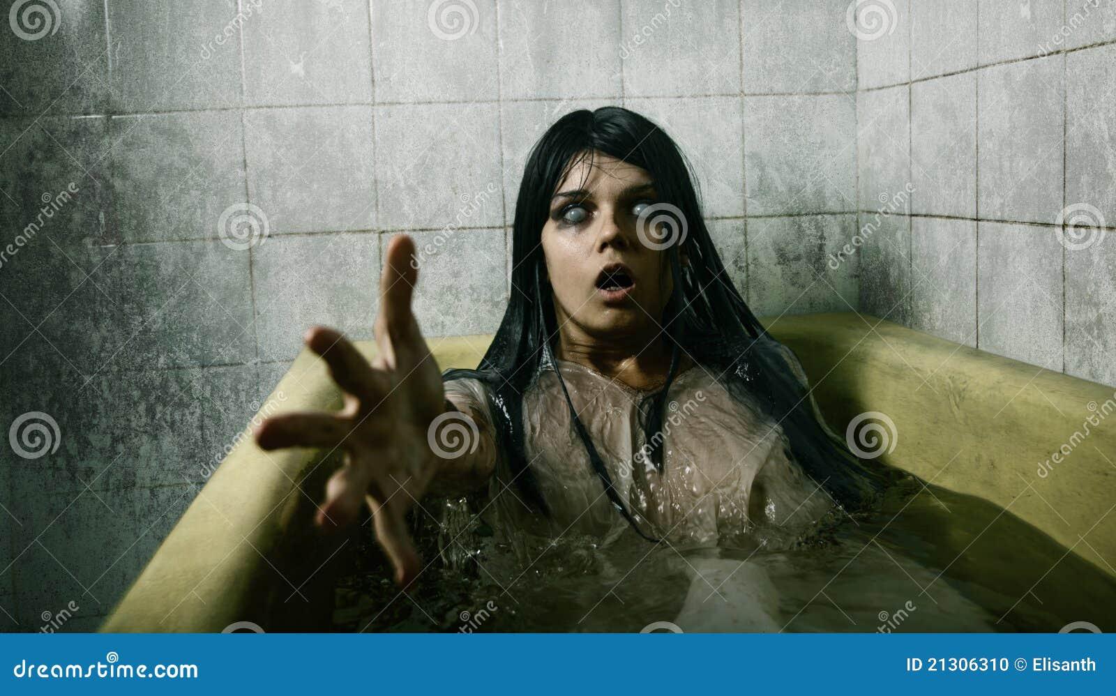 Камера девушка в ванной