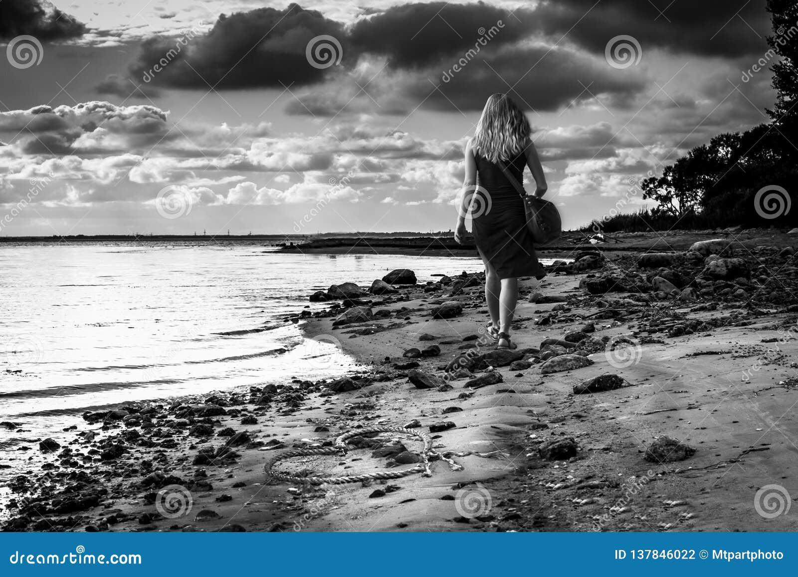 Девушка вдоль пляжа пошла прочь Получившееся отказ сердце в песке черная девушка прячет белизну рубашки съемки s человека Драмати