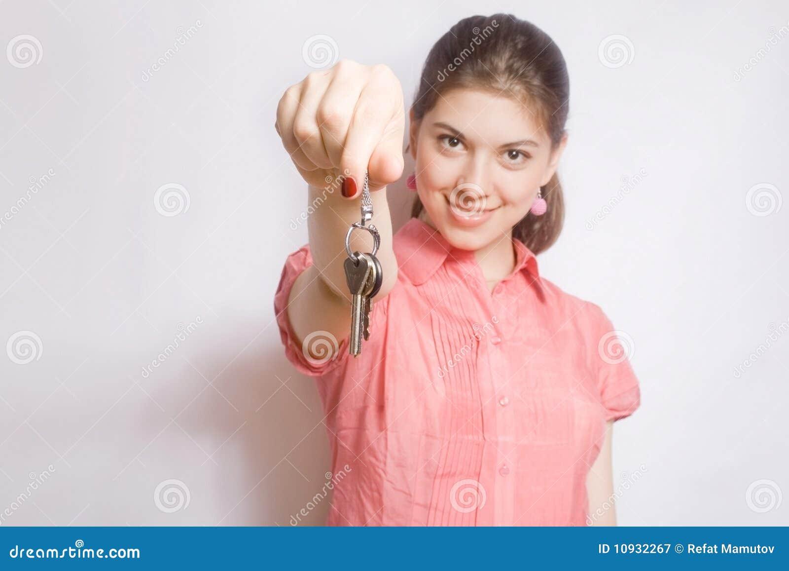 девушка вручает портрет ключей