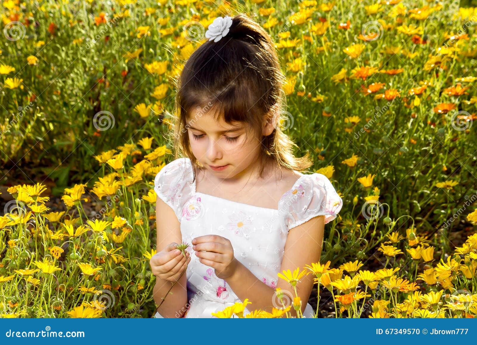 Девушка вытягивает лепестки с Wildflower