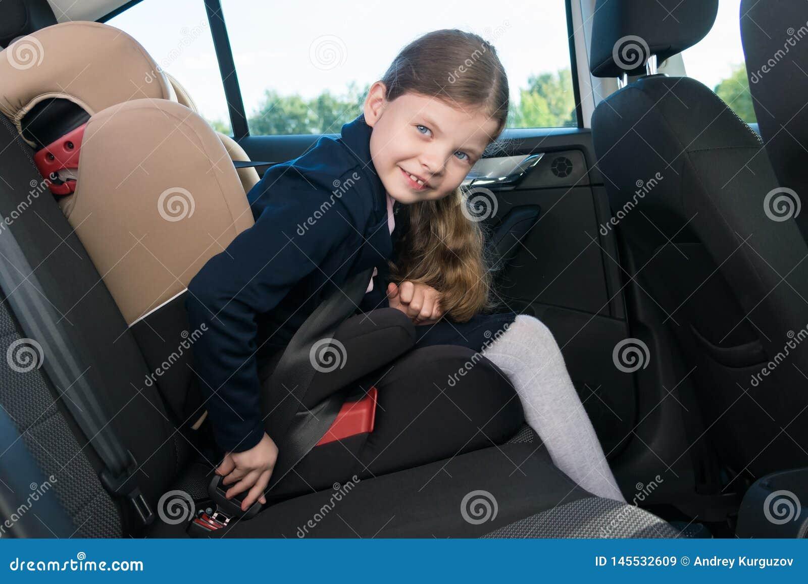 Девушка в автомобиле перед идти обучить прикрепляет ремень безопасности ее места