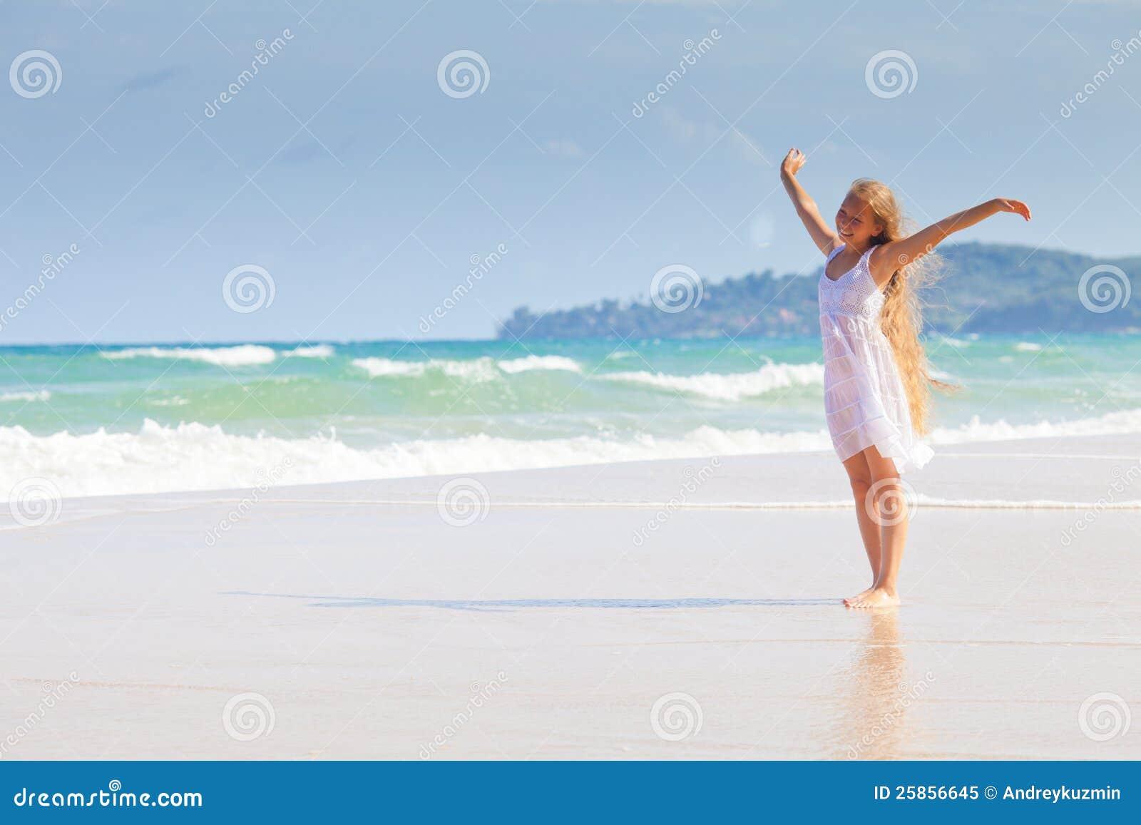 Девушка в белом платье на море фото