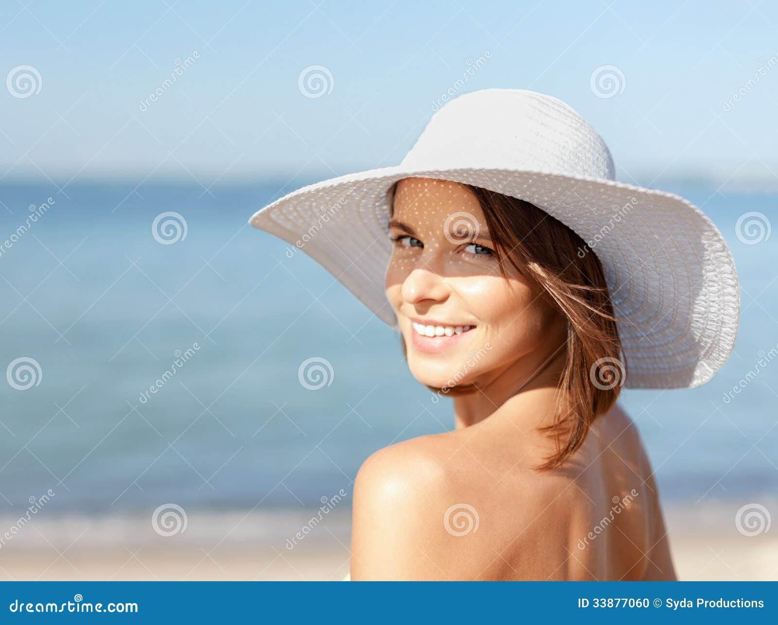 Девушка в бикини стоя на пляже