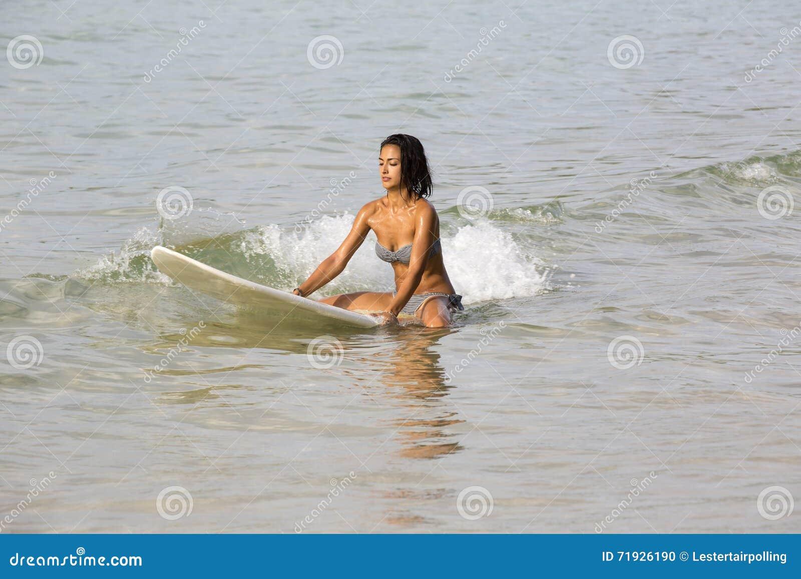Девушка в бикини с surfboard