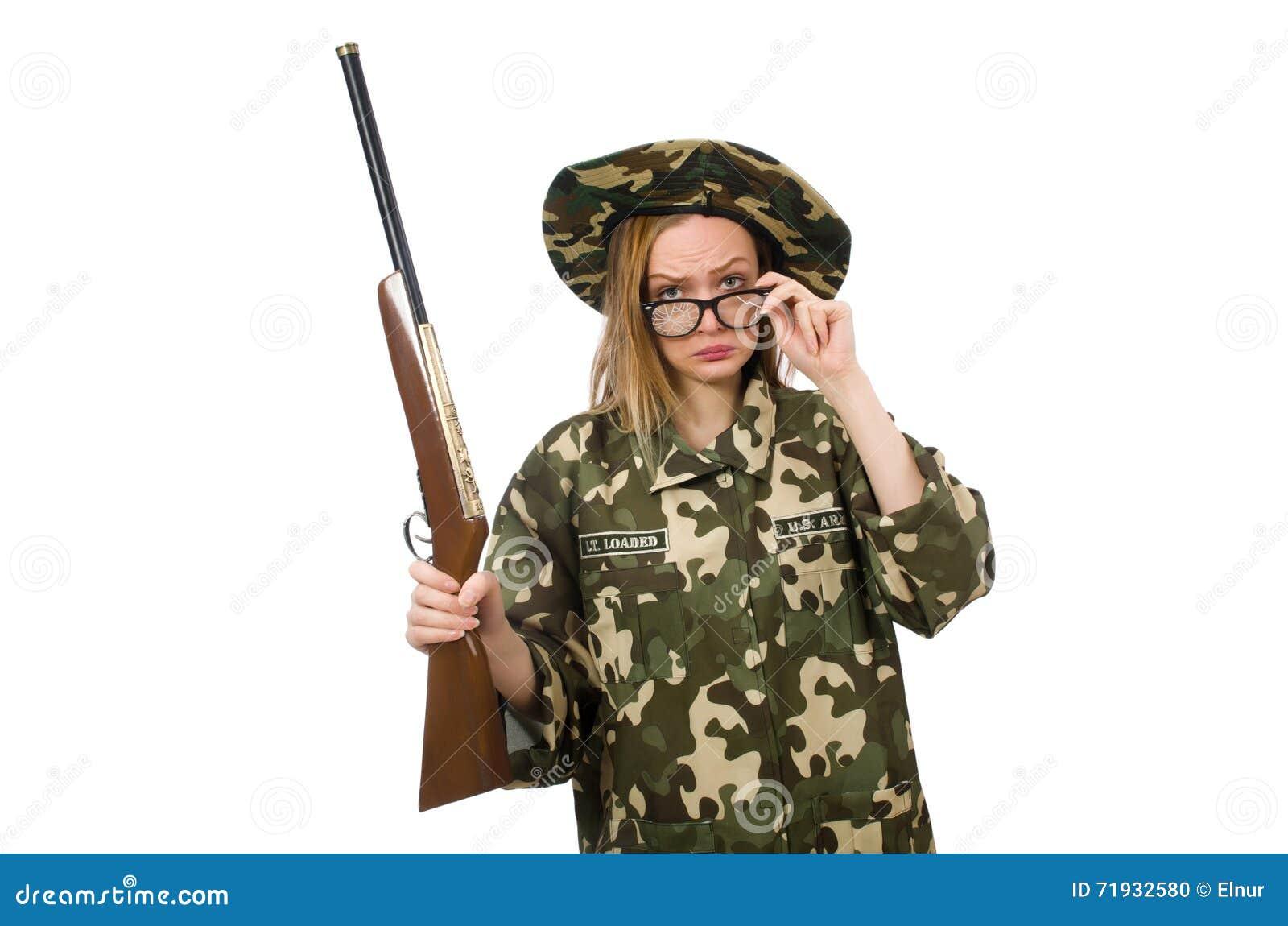Девушка в военной форме держа оружие изолированный на белизне