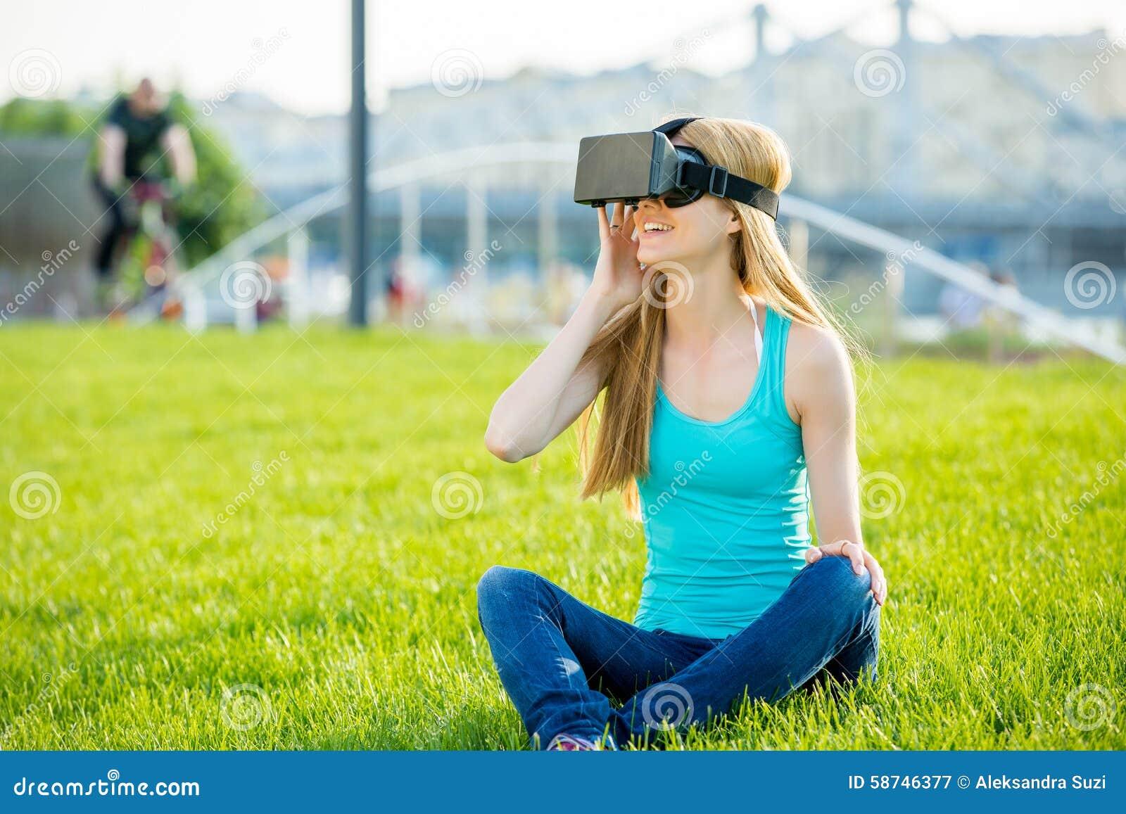 Девушка в парке гол