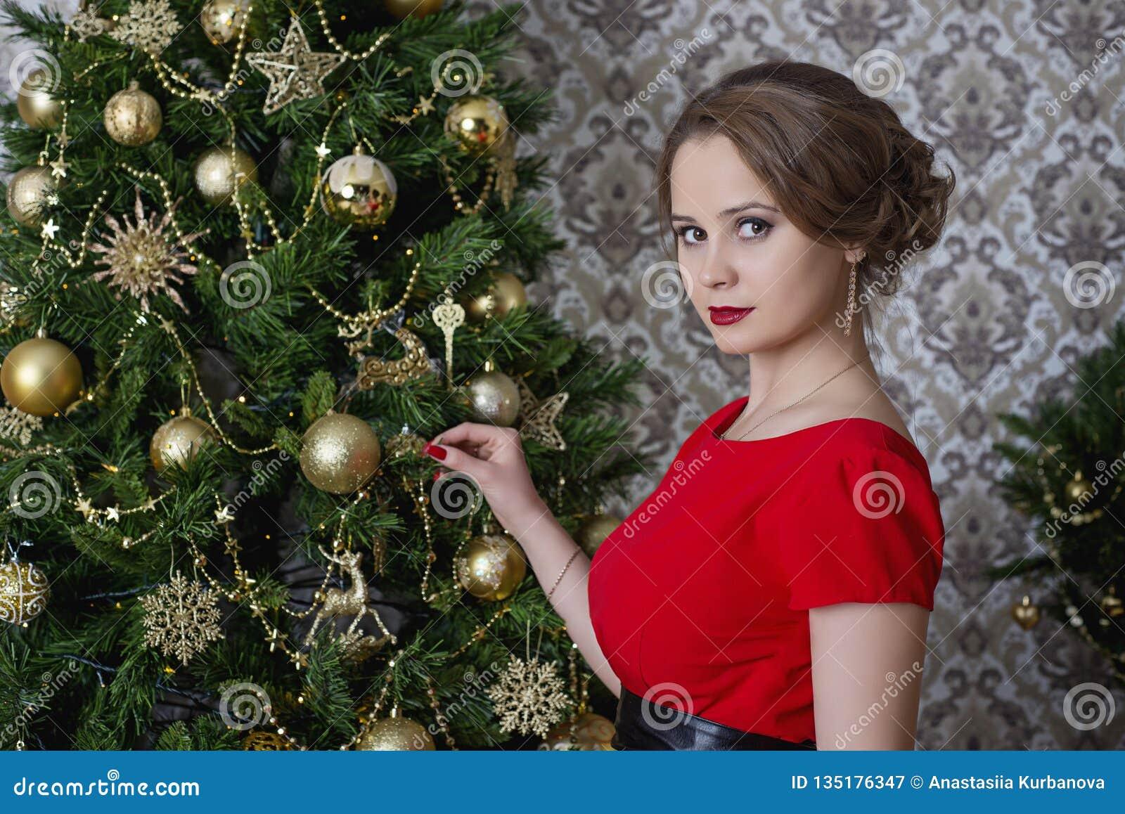 Девушка в красном платье рождества