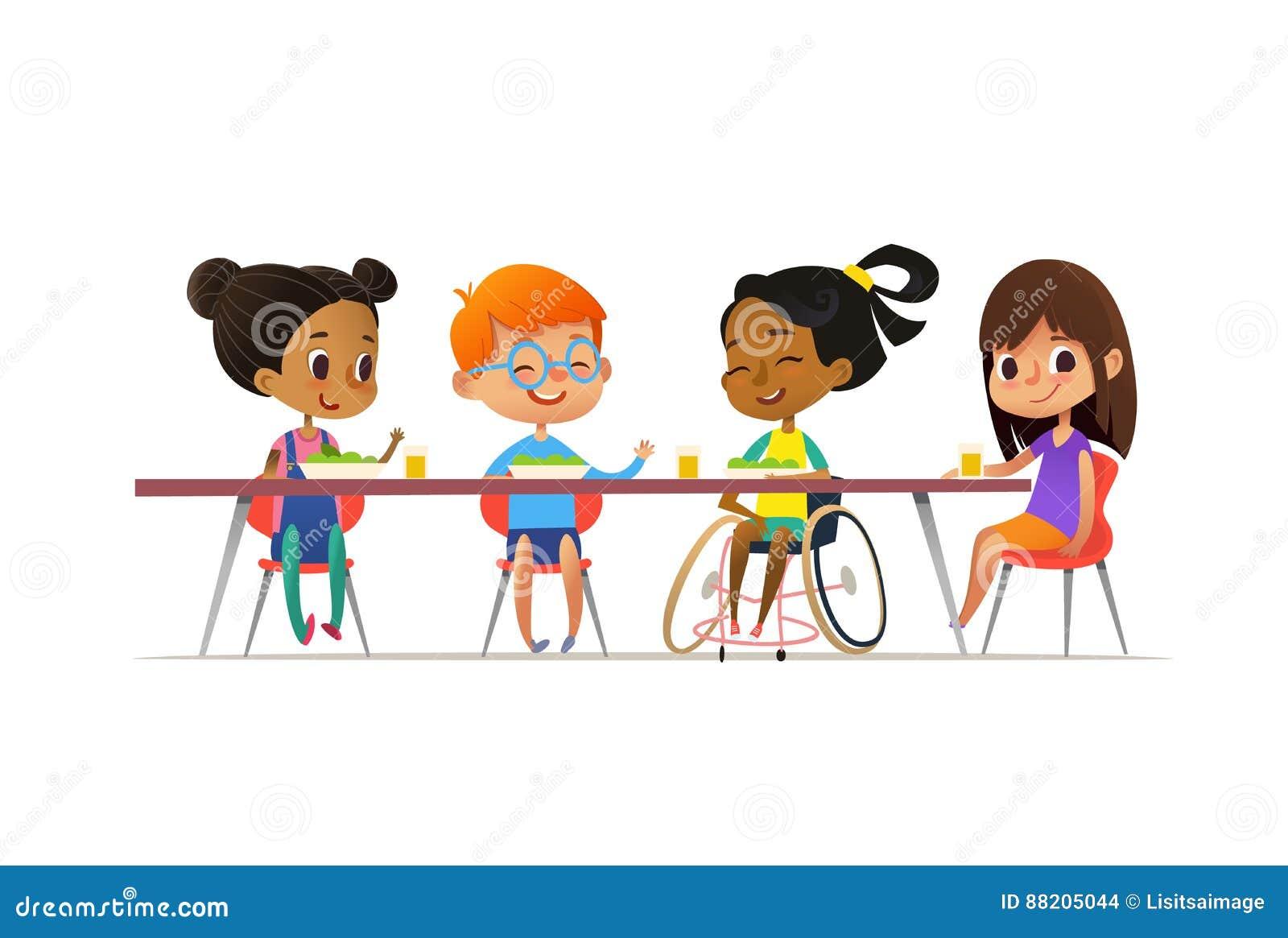 Девушка в кресло-коляске сидя на таблице в буфете и говоря к ее друзьям Счастливые multiracial дети имея обед Включение c школы