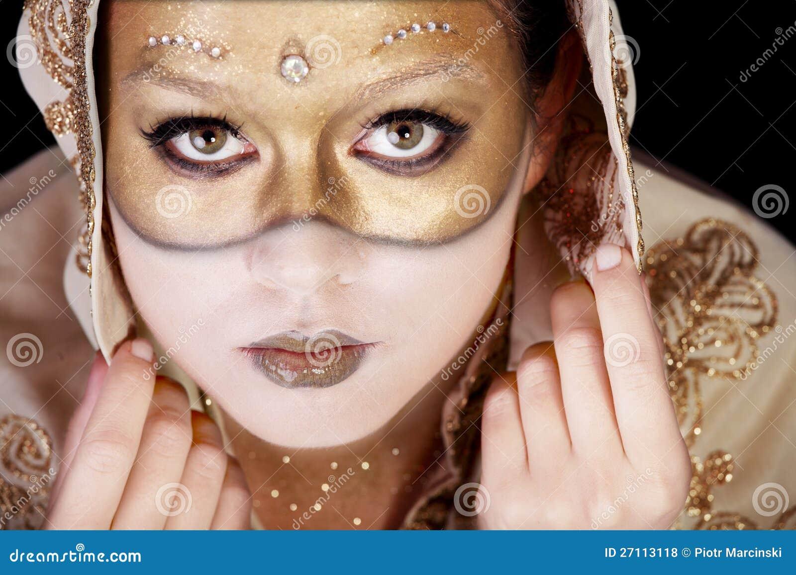 Снимает макияж как маску
