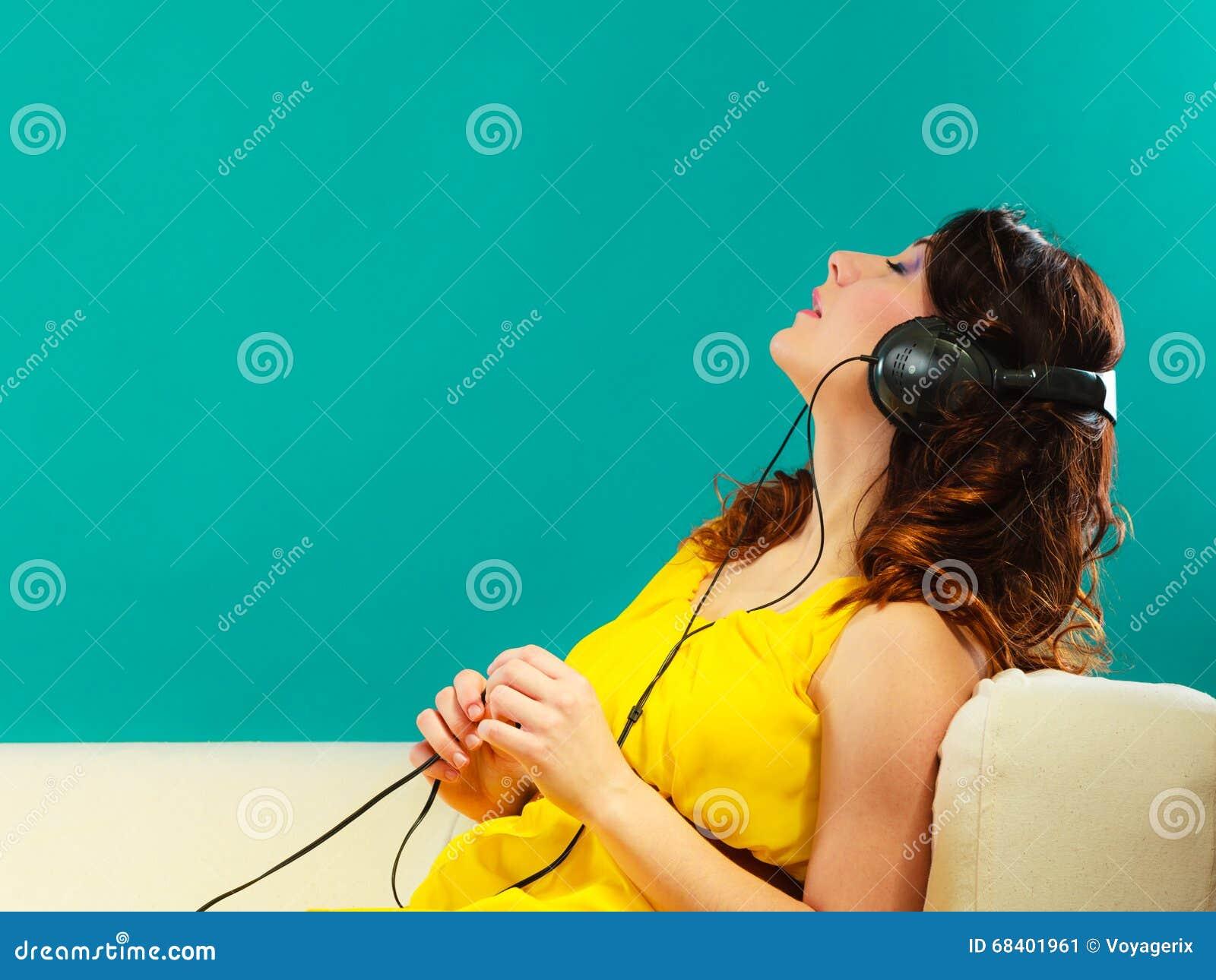 девушка в музыке Mp3 больших наушников слушая ослабляя стоковое