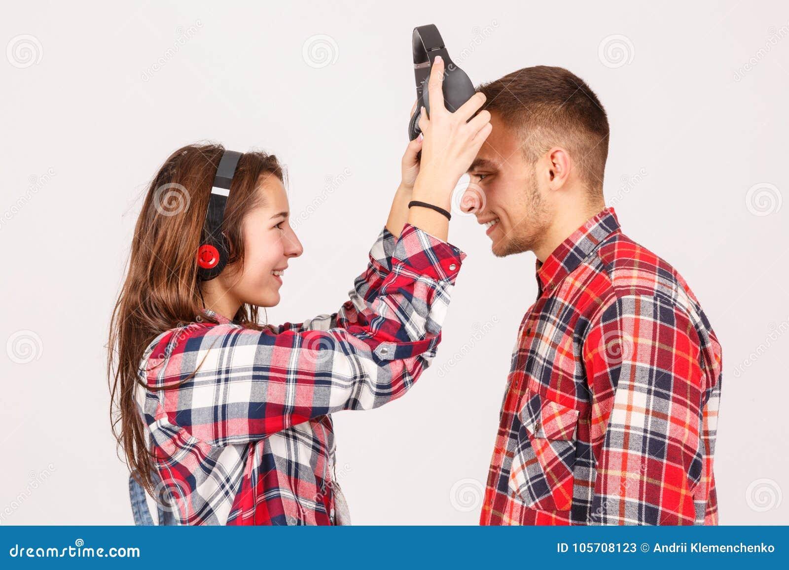 Телка надевает парню гондо, видео зрелая сосет