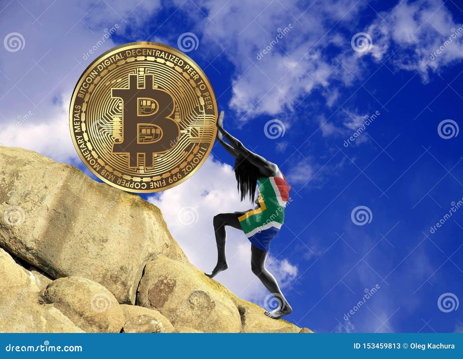 Девушка, в оболочке во флаге Южной Африки, поднимает монетку bitcoin вверх по холму
