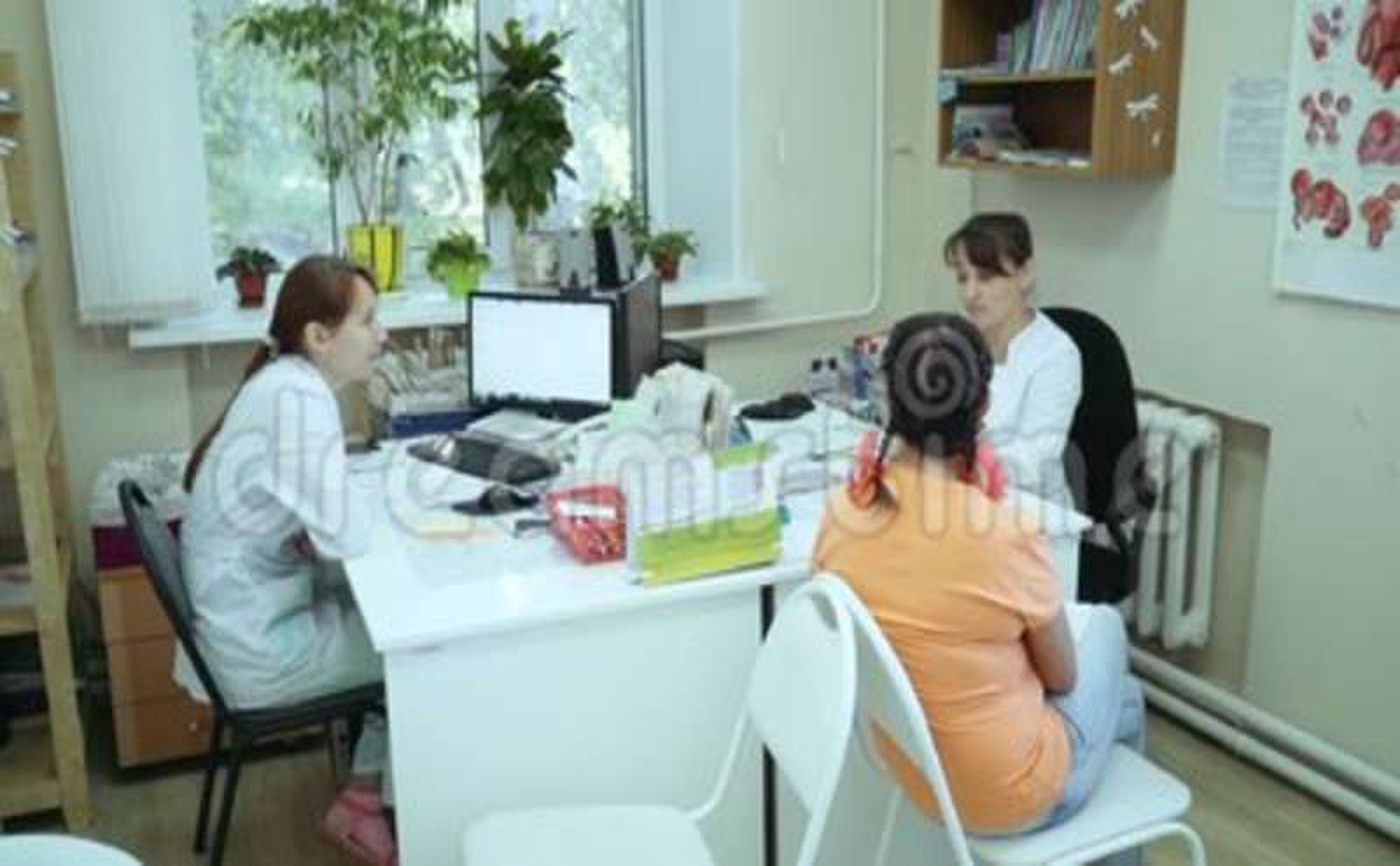 Девушка у врача на приеме на работу земляника фотографии
