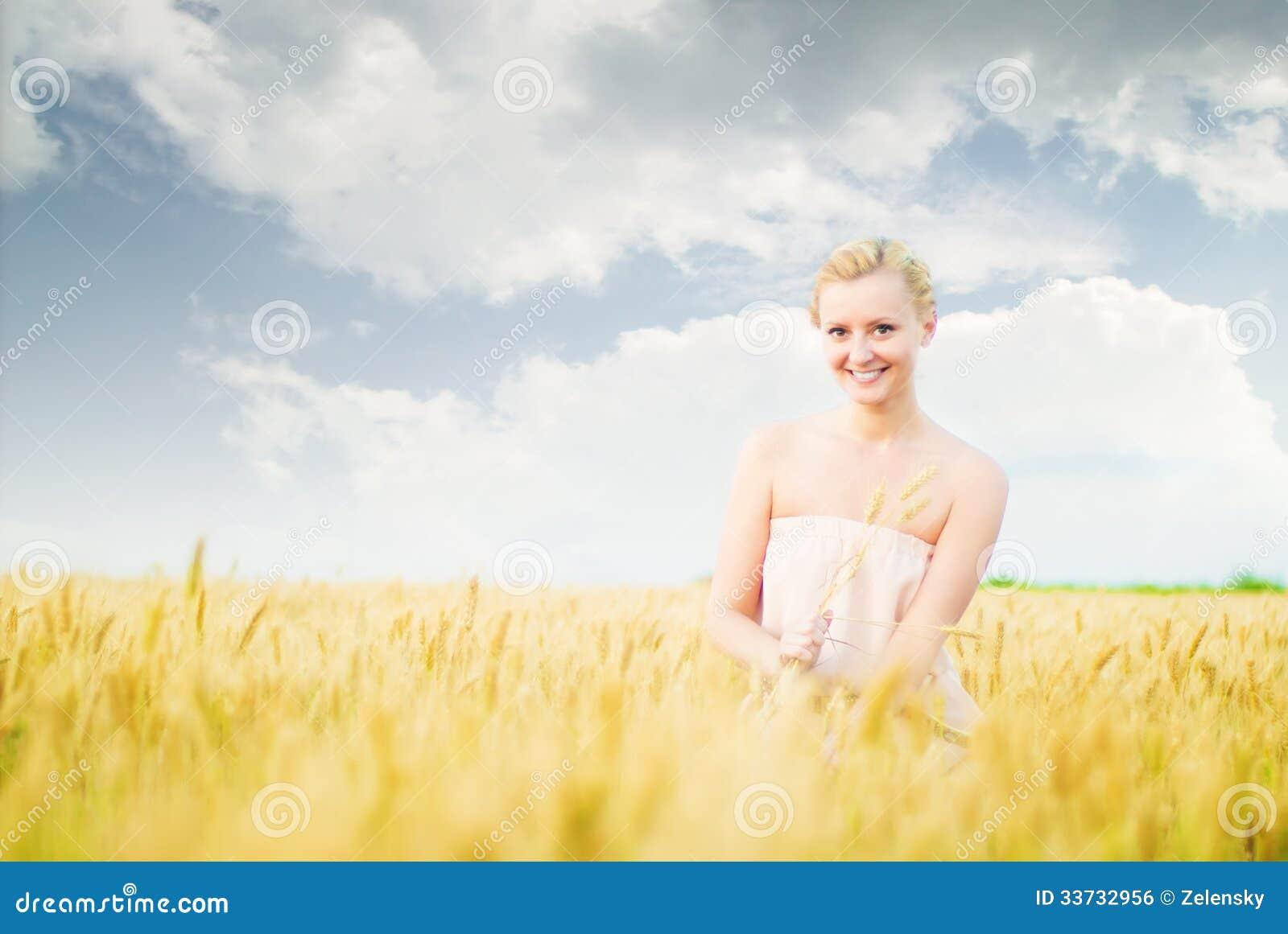 Девушка в поле с колосками