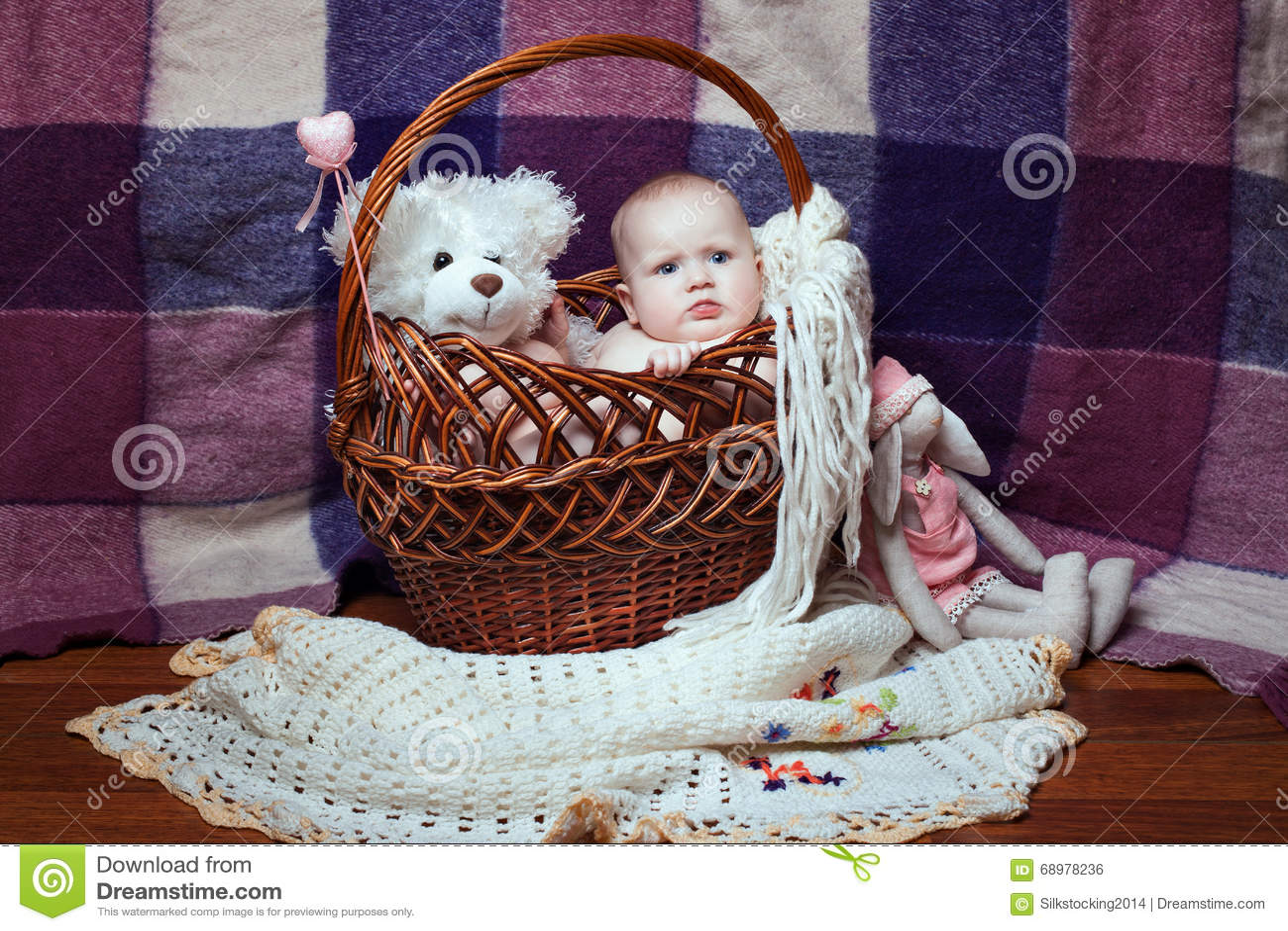 Девушка в плетеной корзине