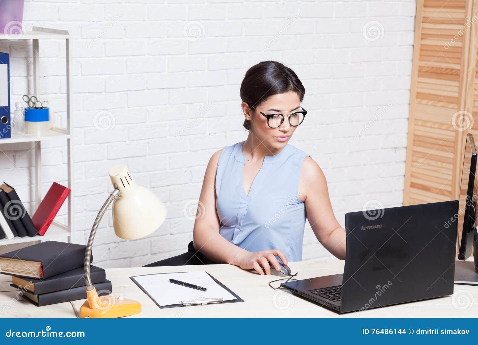 На работе девушка модельные агентства работа моделью