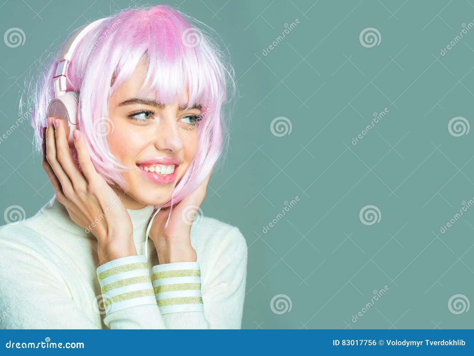 Девушка врозовом парике фото 91-141