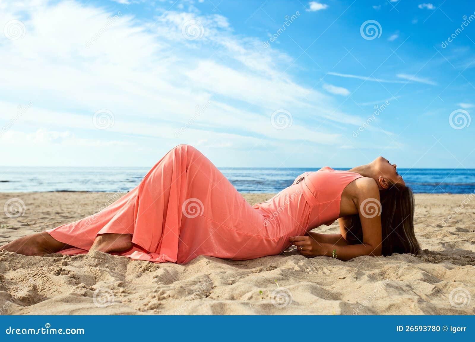 Красивые девушки на берегу в розовом платье пьяные