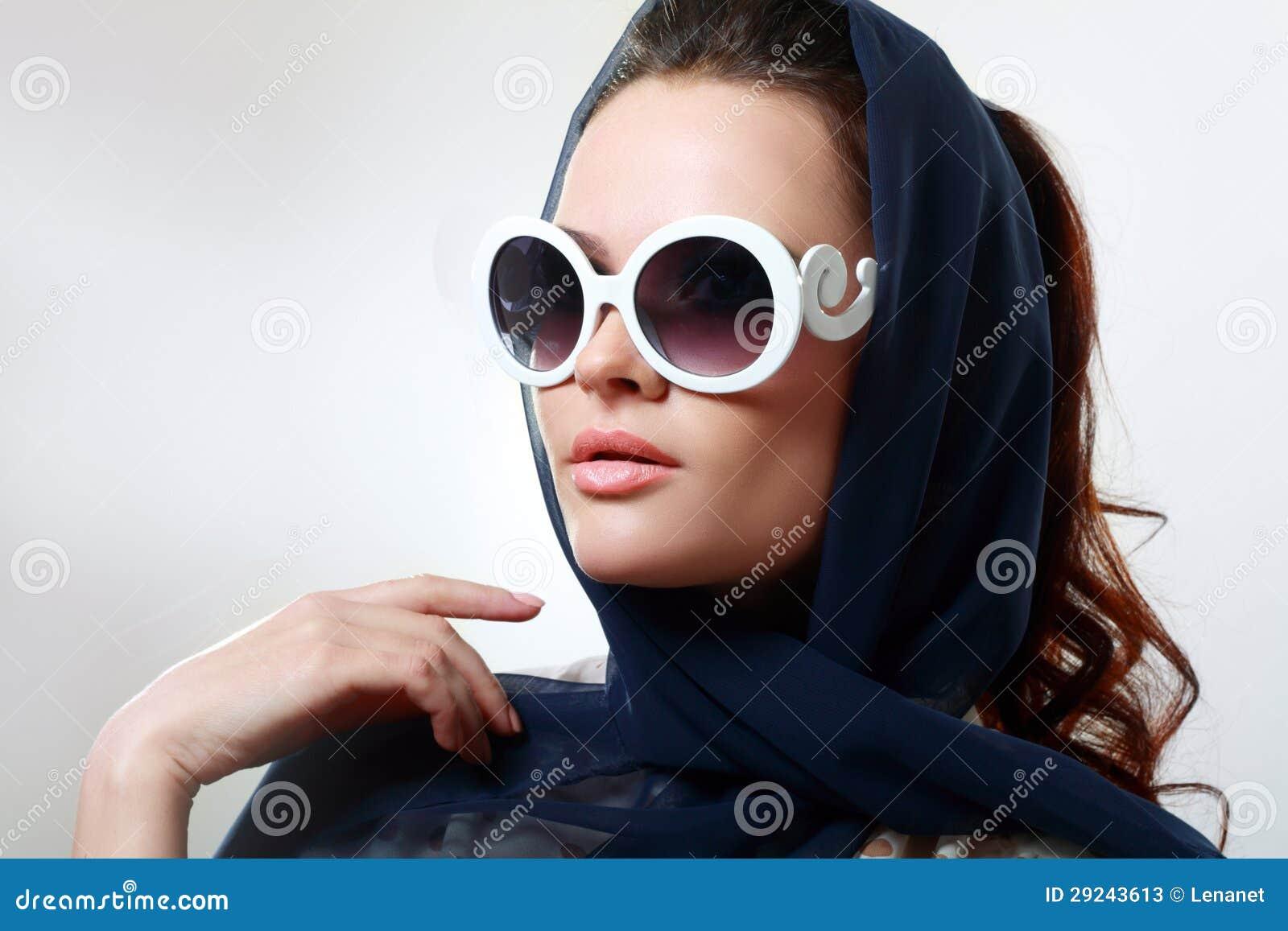 Девушка в солнечных очках стоковое изображение. изображение ... c945b664b04