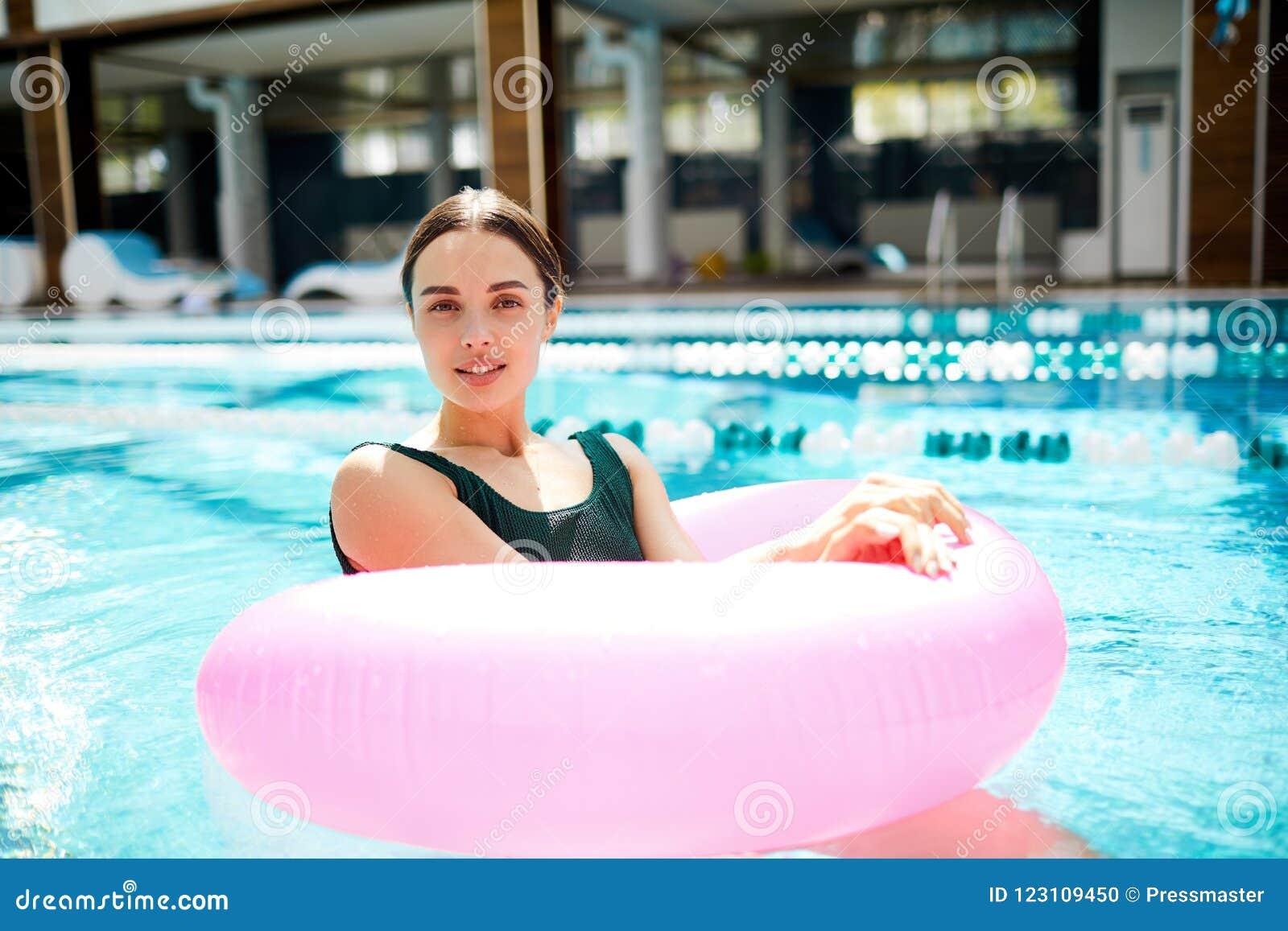 Девушка в томбуе бассейна