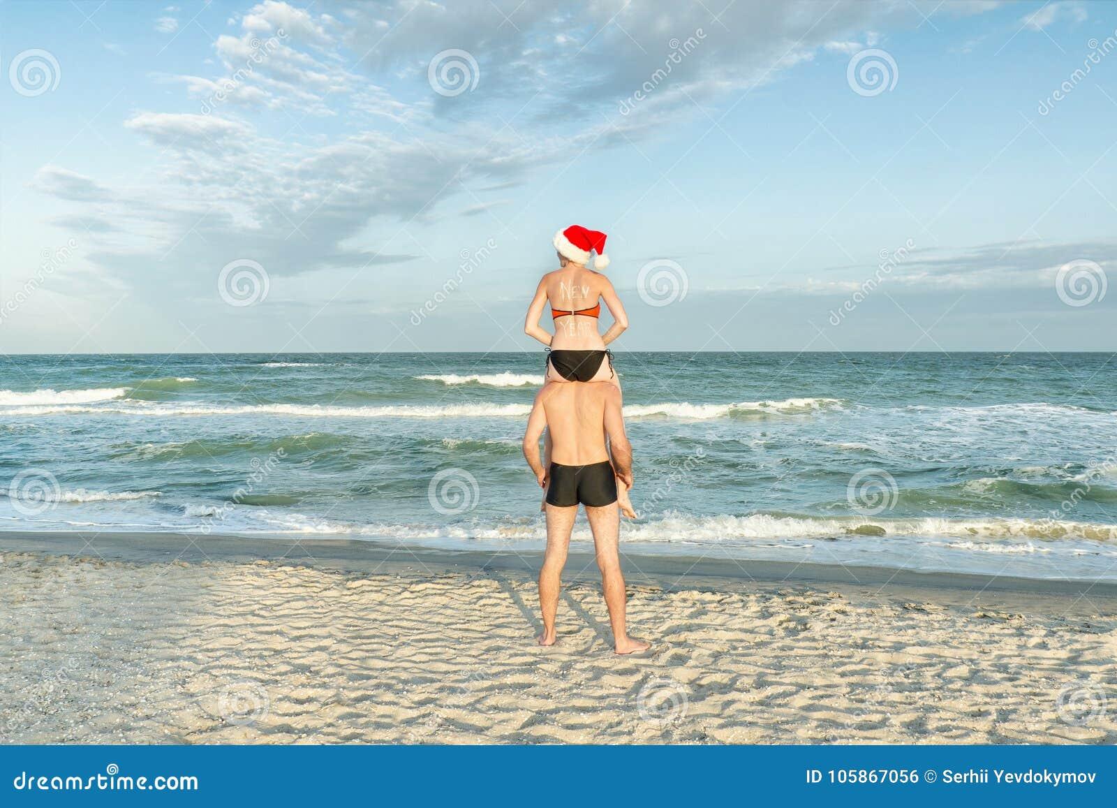 Девушка и парень на берегу море фото