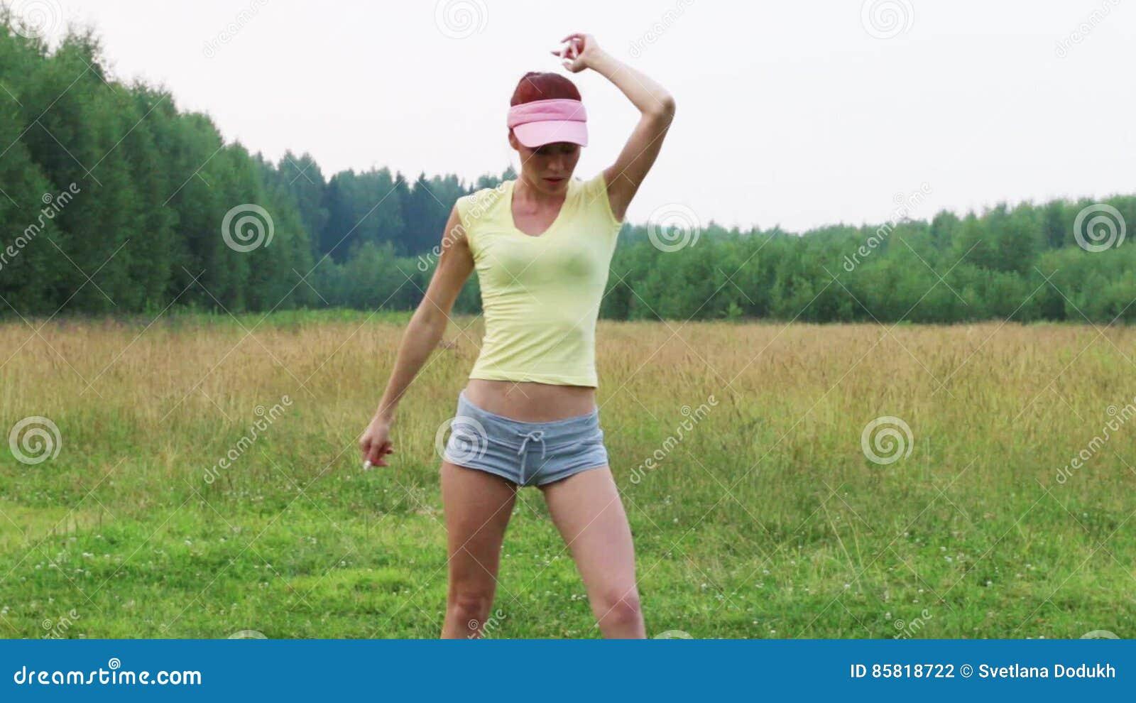 Девушка в шортах танцует