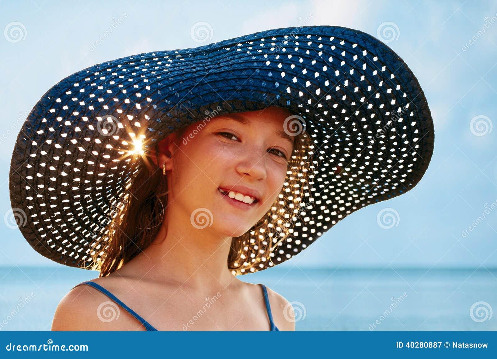 Девушка в шляпе на предпосылке океана