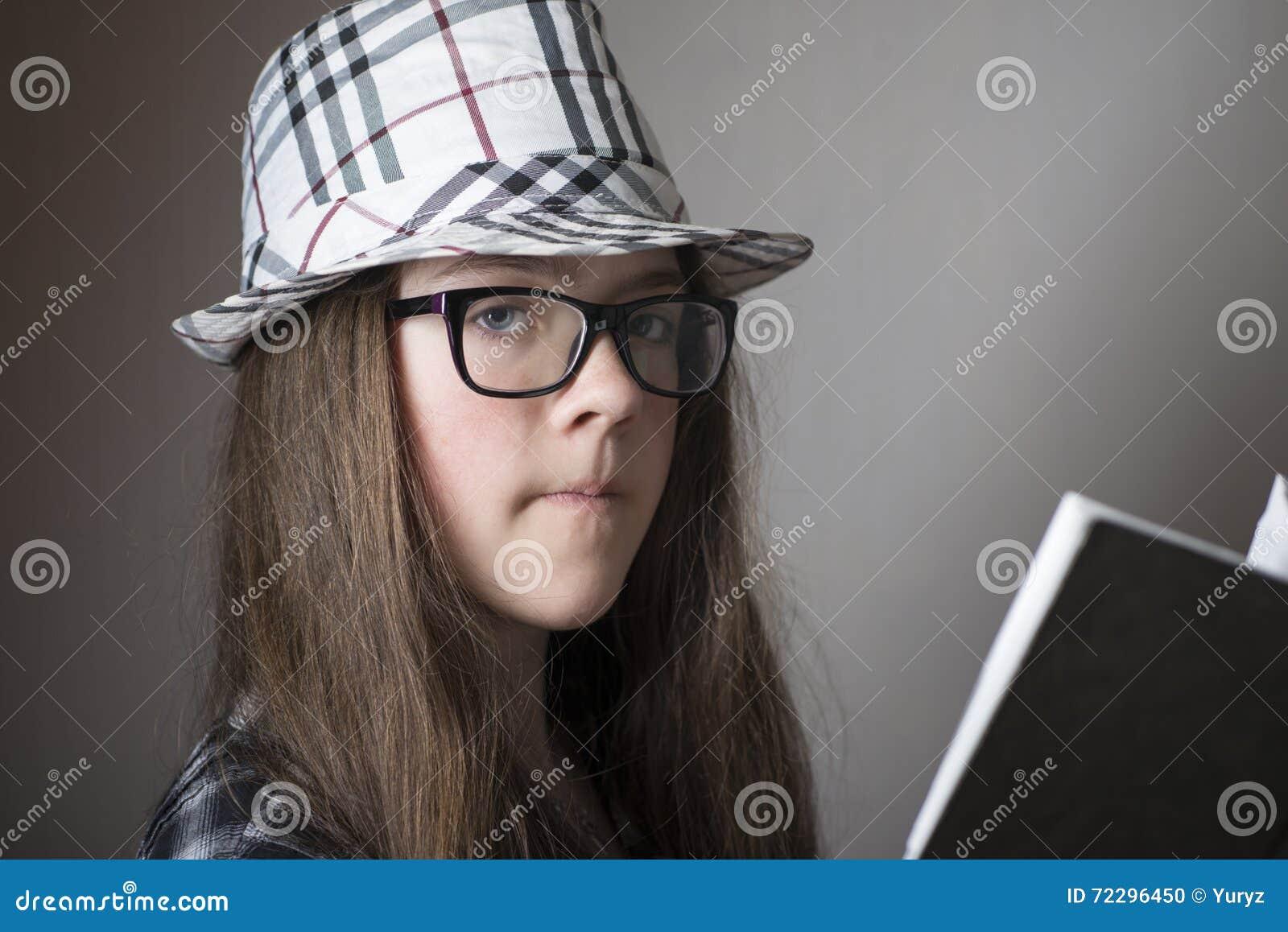 Download Девушка в шляпе с книгой стоковое фото. изображение насчитывающей рубашка - 72296450