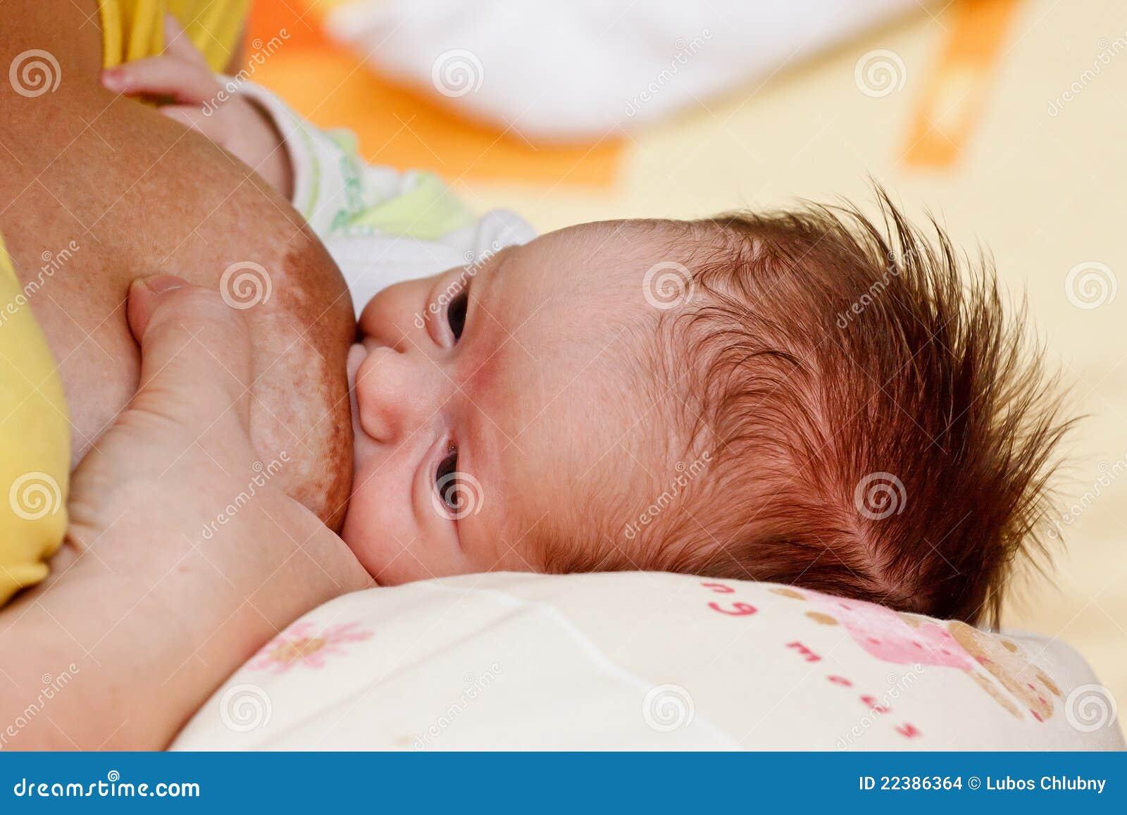 девушка груди младенца ее всасывать мати s