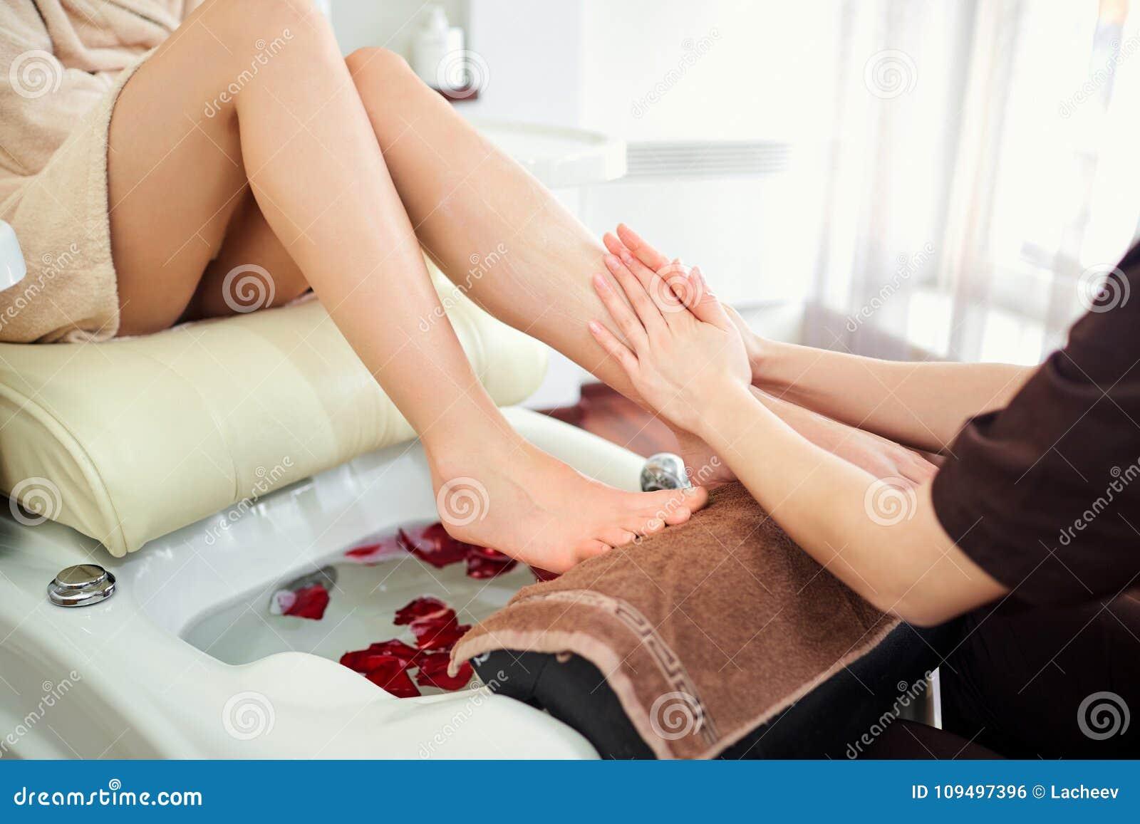 Девушка ногами делает массаж дешевые индивидуалки в москве с выездом