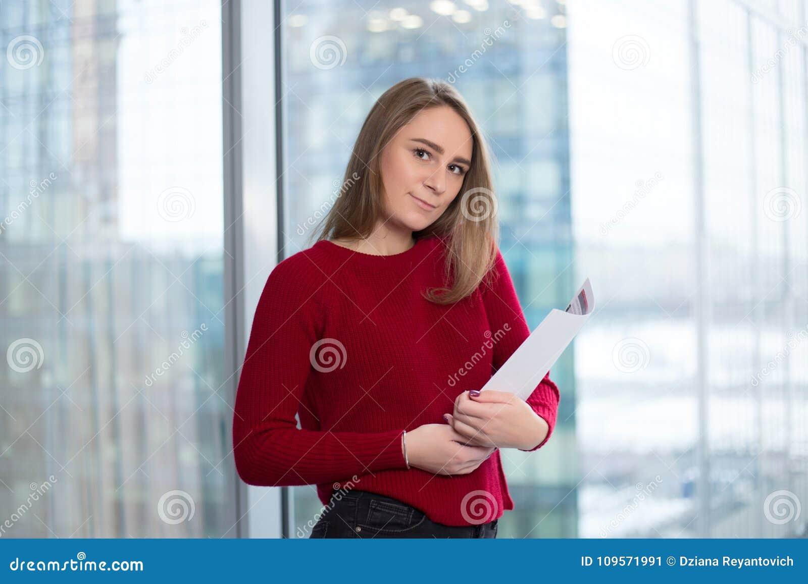 Девушка дела на окне с читать бумаг утеха в решениях подписание согласования и соглашаться с партнерами
