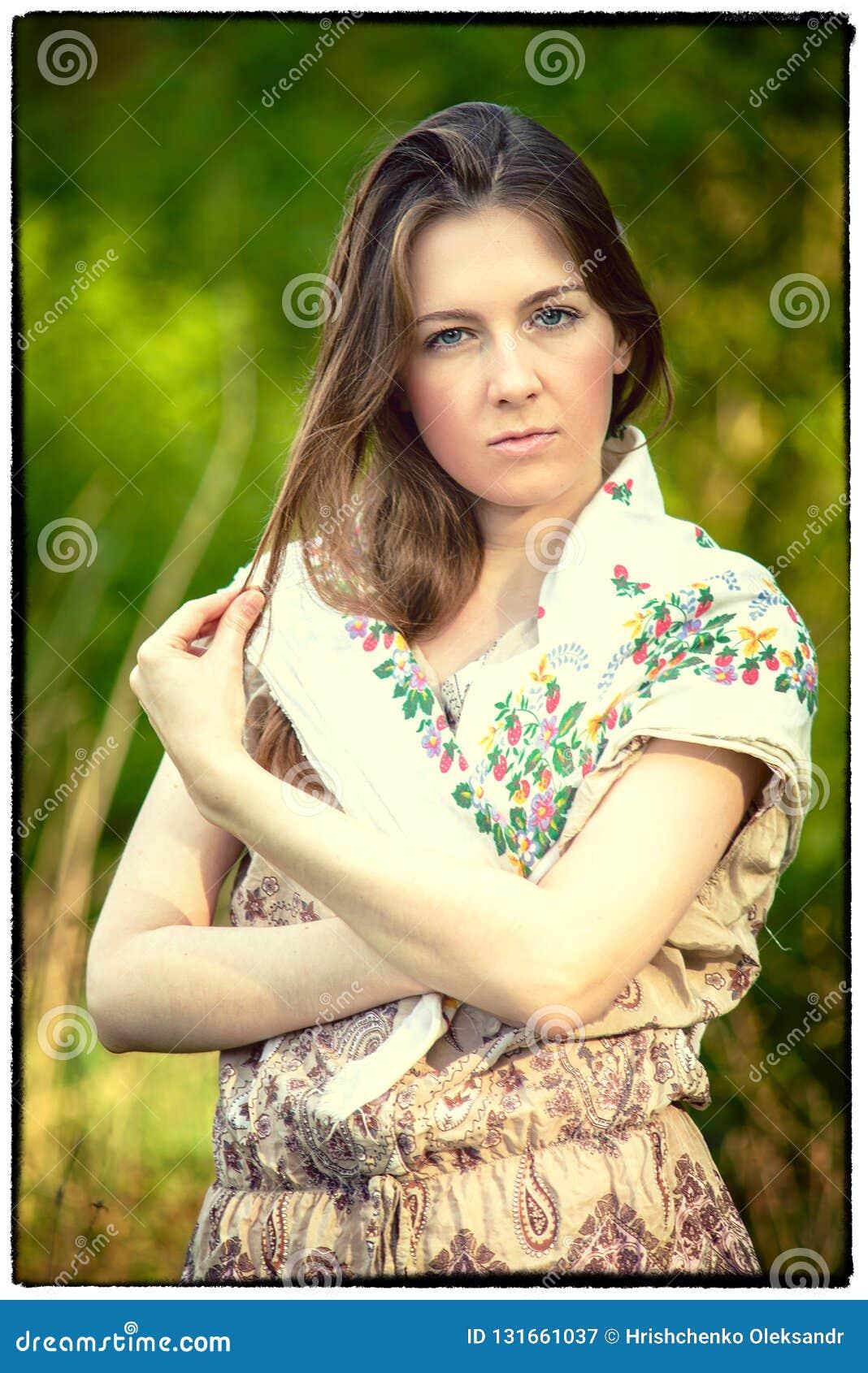 Девушка деревни в шарфе