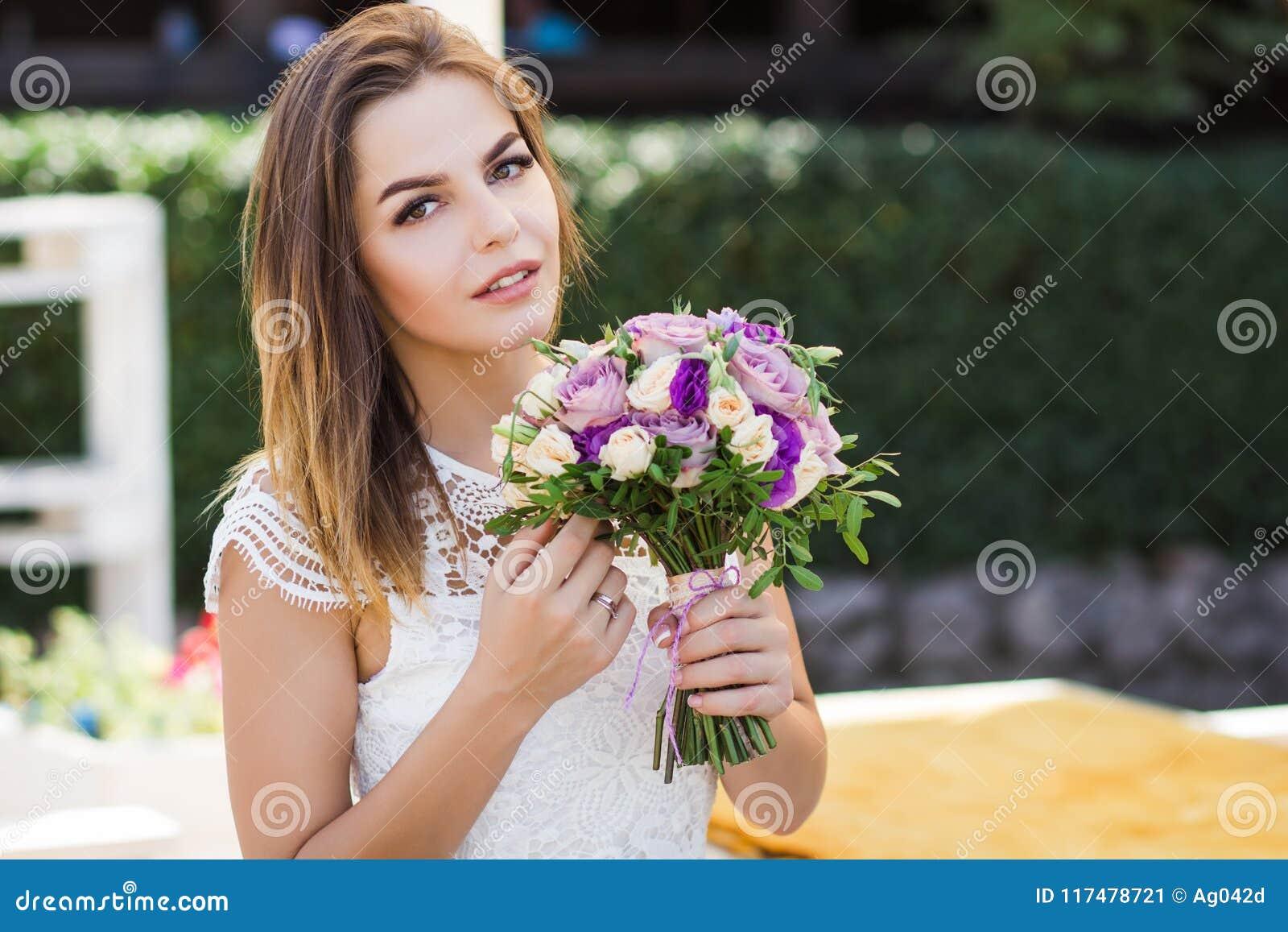 Цветы букет молодой цветы пионы