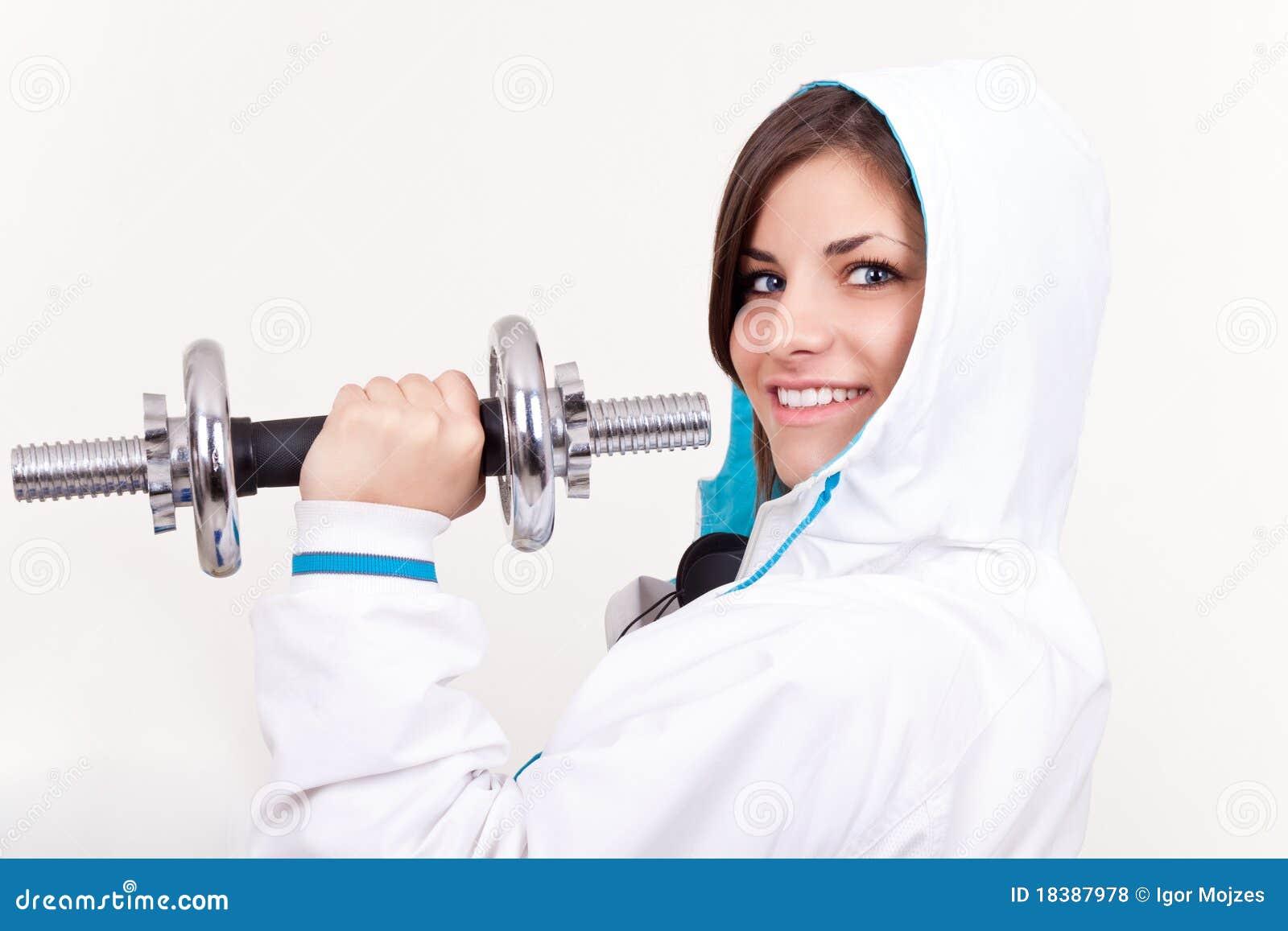 девушка держа sportwear весы