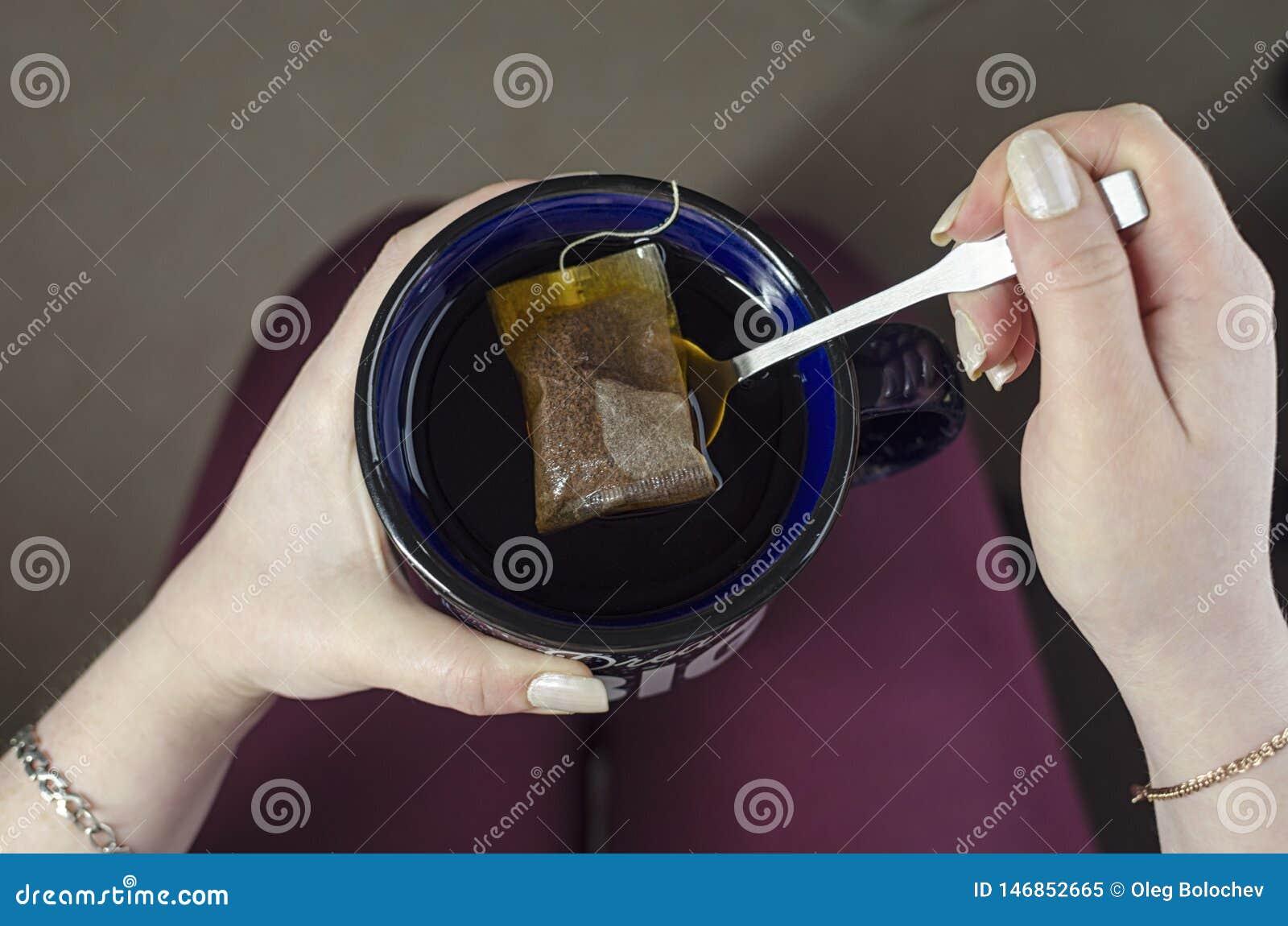 Девушка держит чашку чаю