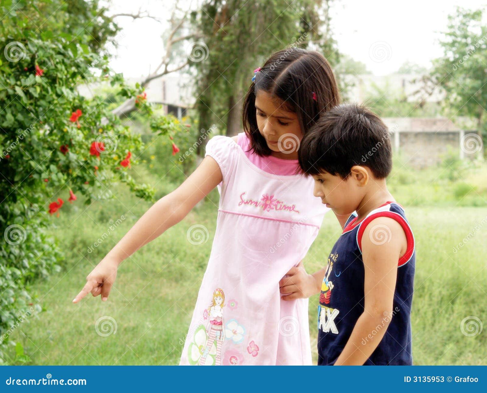 девушка ее указывая сестра что-то