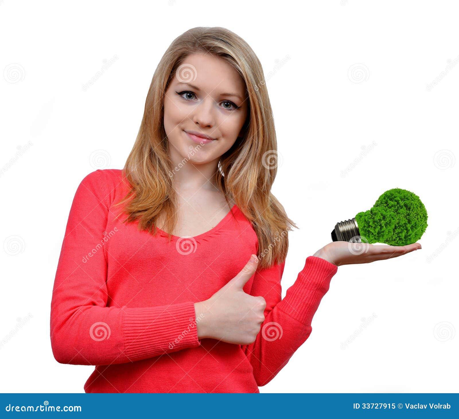 Девушка держа в шарике энергии eco руки