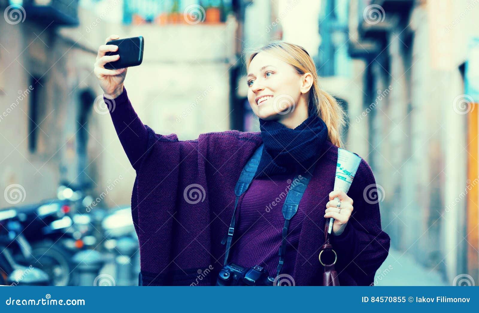 Картинка девушка фотографируется на телефон, девушка с голыми сиськами перед камерой