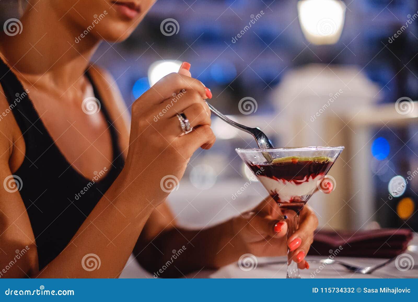 Девушка и десерт картинка #1