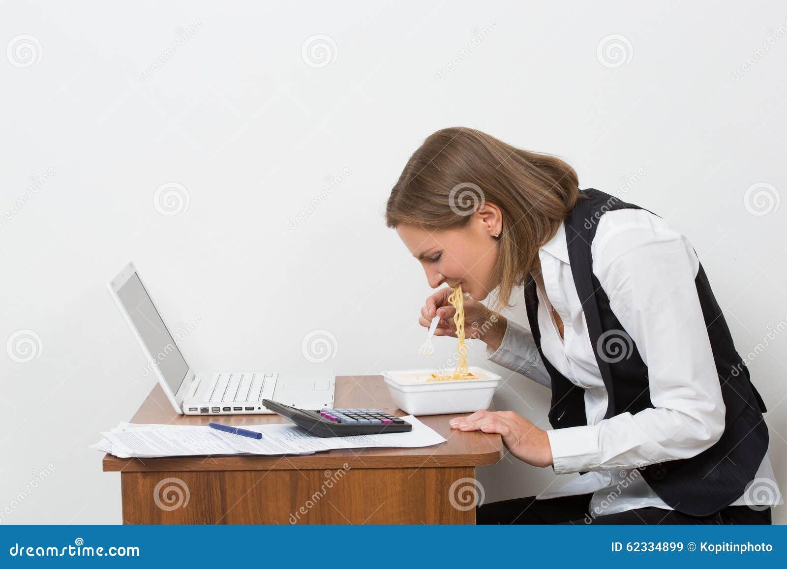 Девушка кушает на работе работа по веб камере моделью в щигры