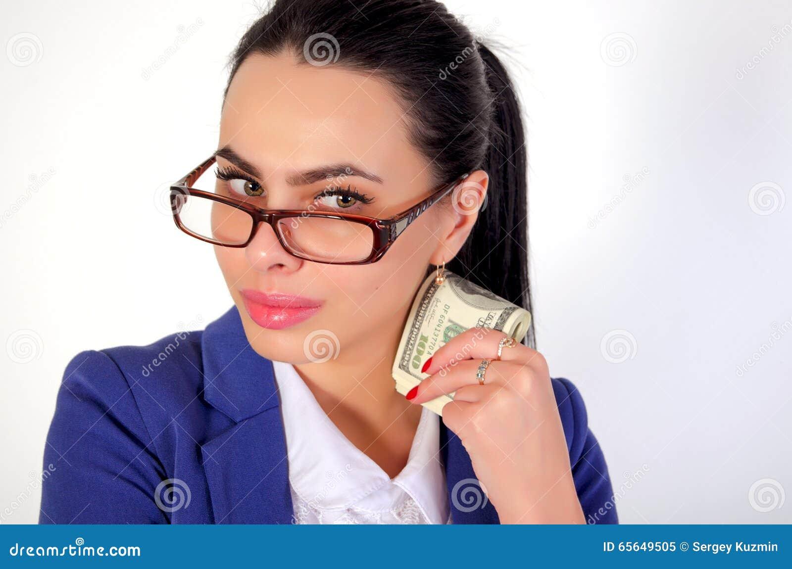 Девушка дела держа деньги