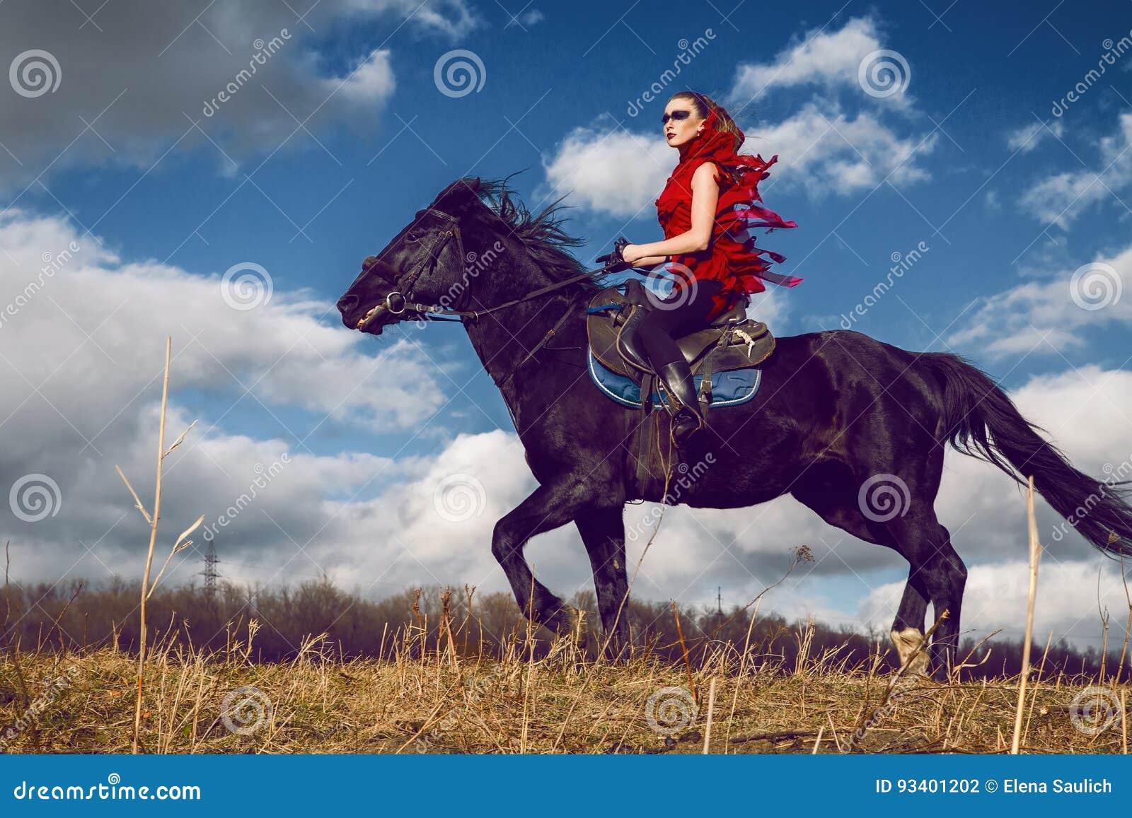 Девушка на лошади в красном платье