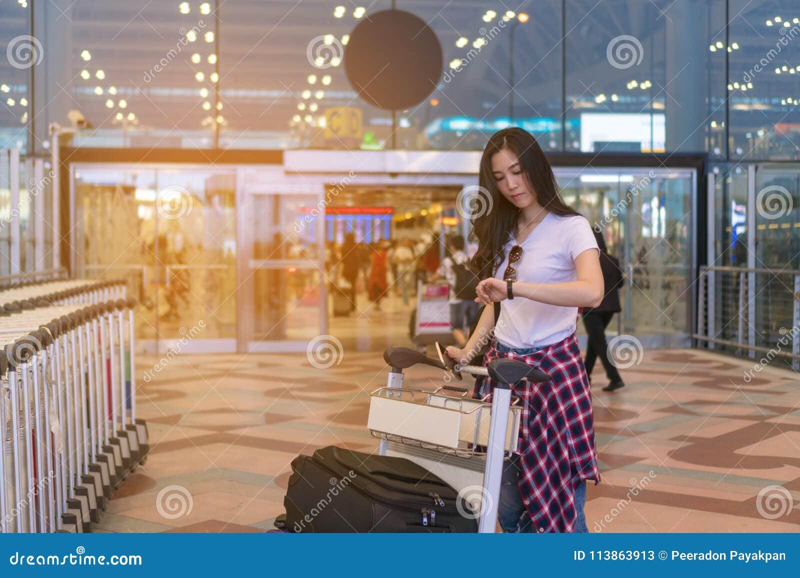 Девушка ждет друга Путешествовать к авиапорту