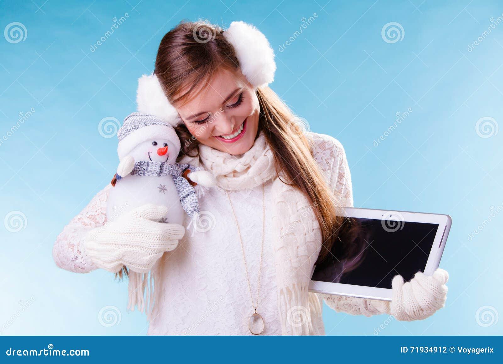 Девушка женщины с таблеткой и маленьким снеговиком Зима