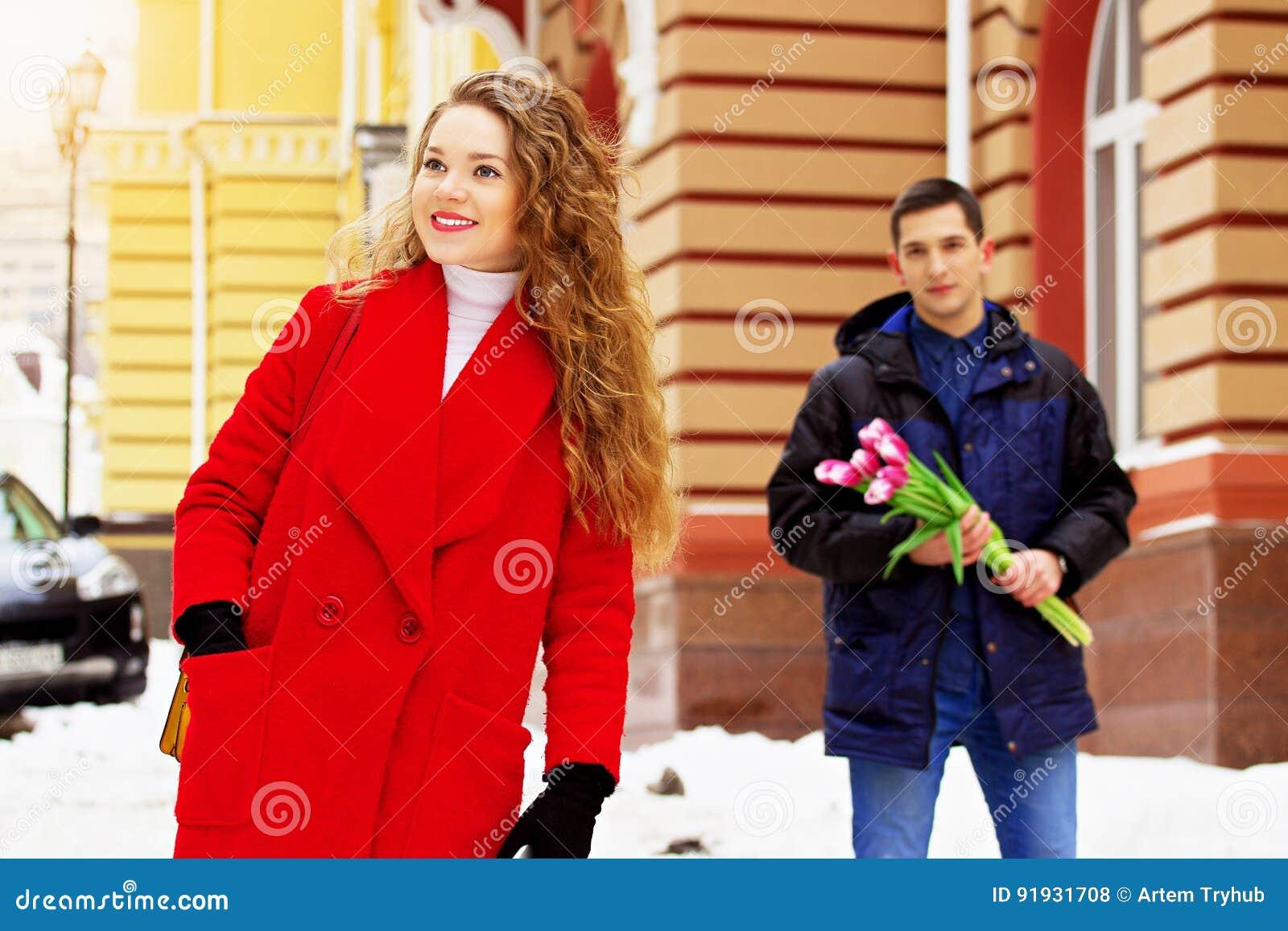 девушка ждала парня с работы
