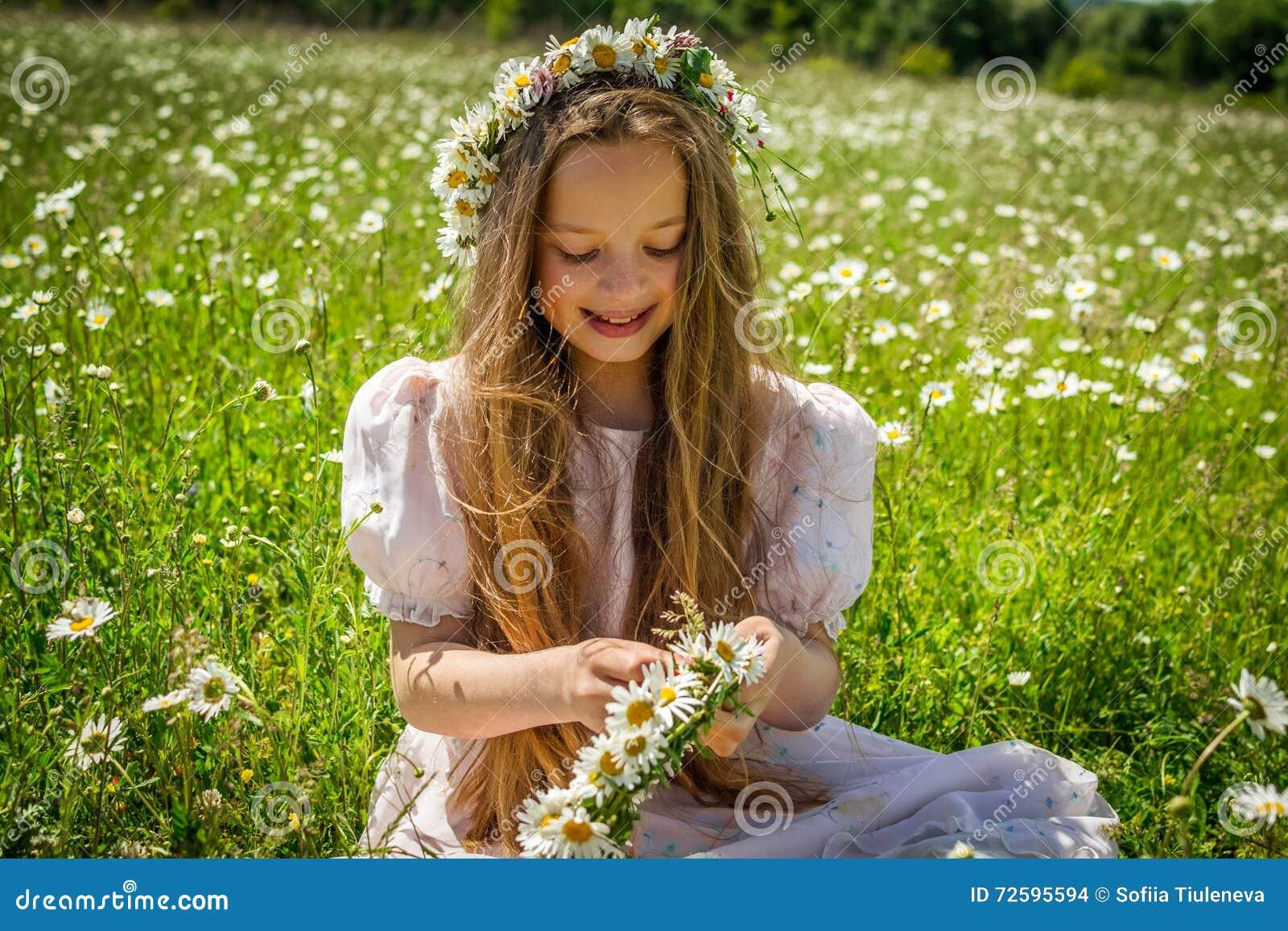 Фото девушек плетущих венок